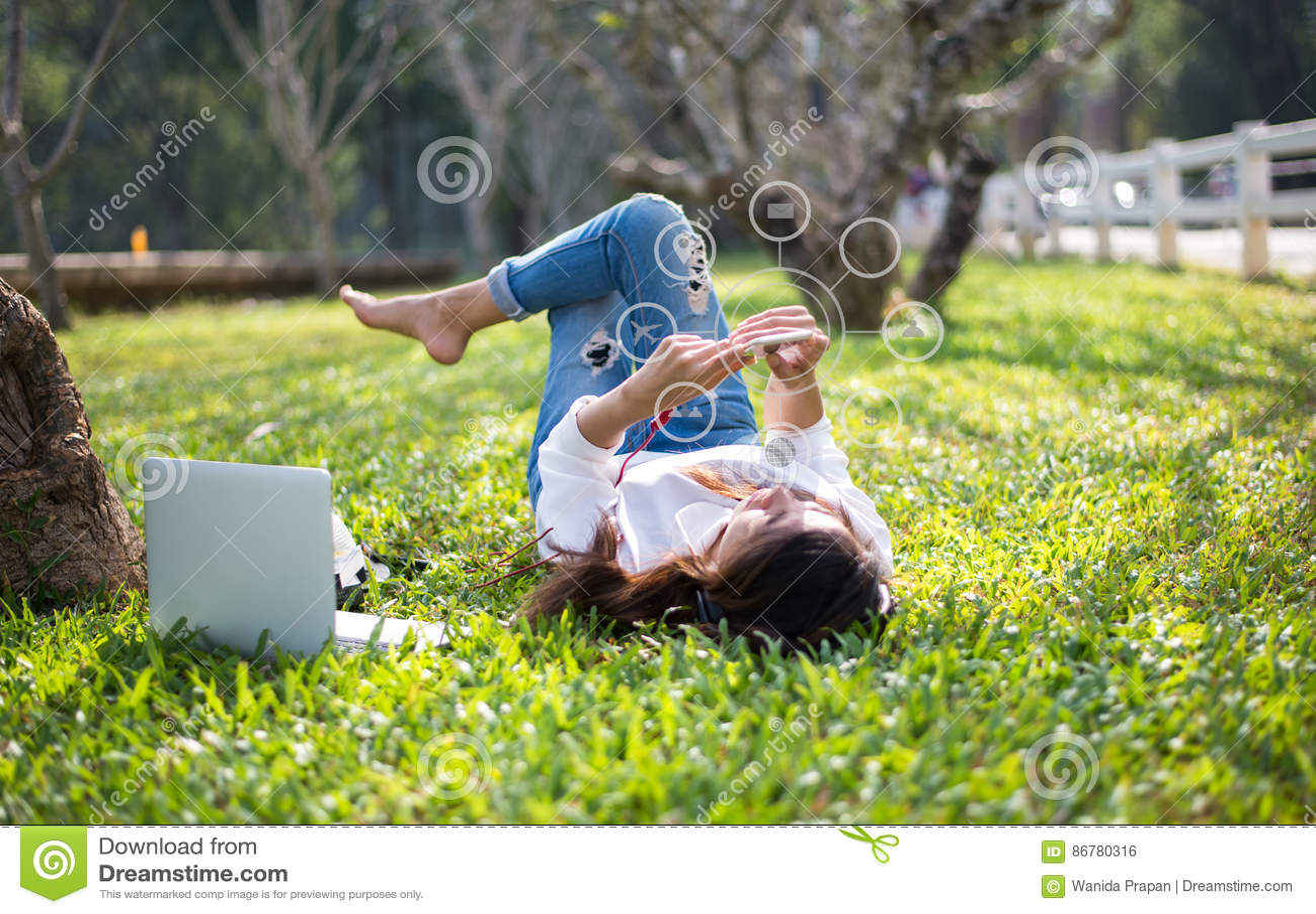Donne che usando acquisto di pagamenti mobili e la for Siti acquisto mobili online