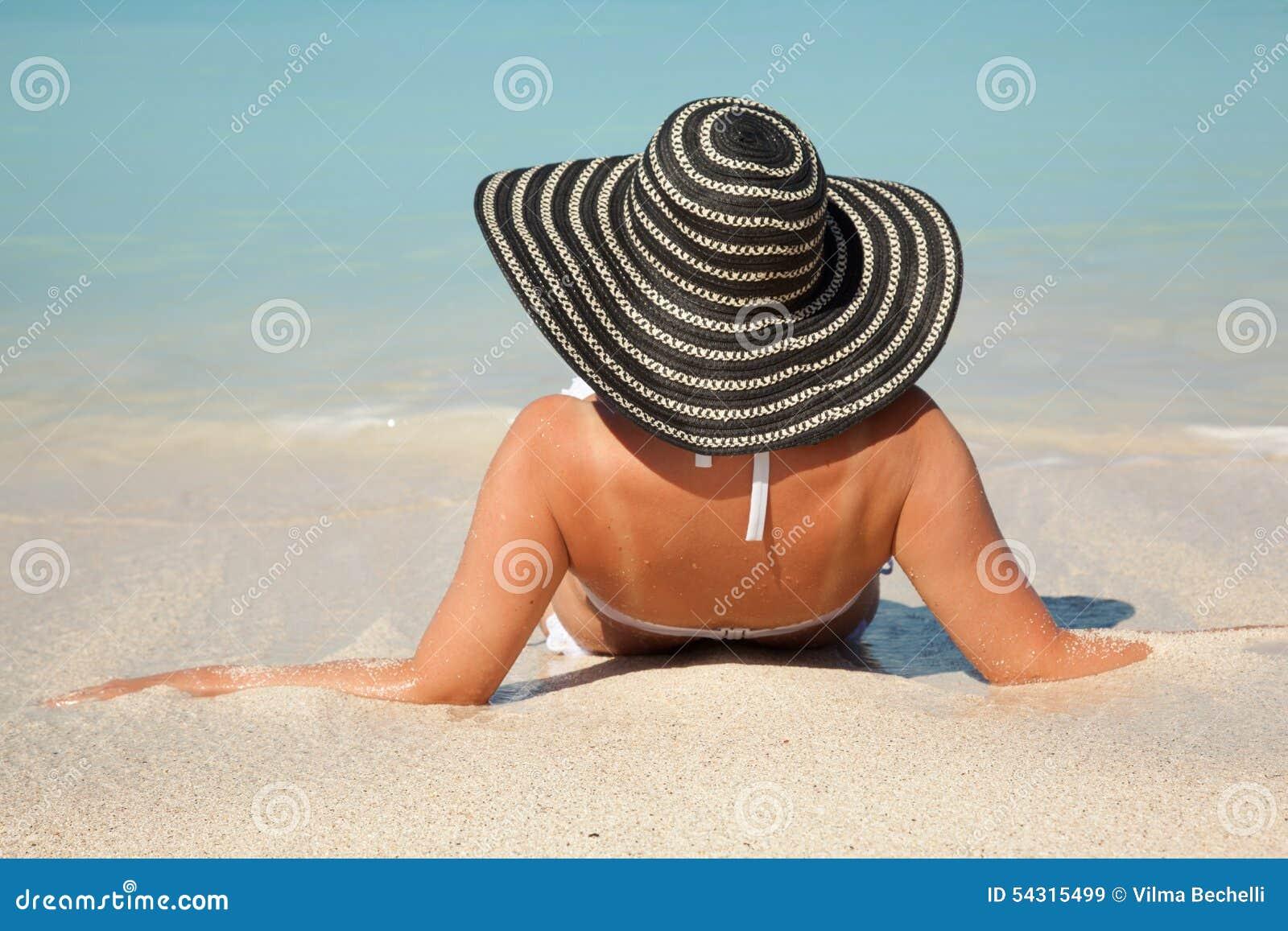 Donne Con Il Cappello Del Sole Nel Mare Immagine Stock ...