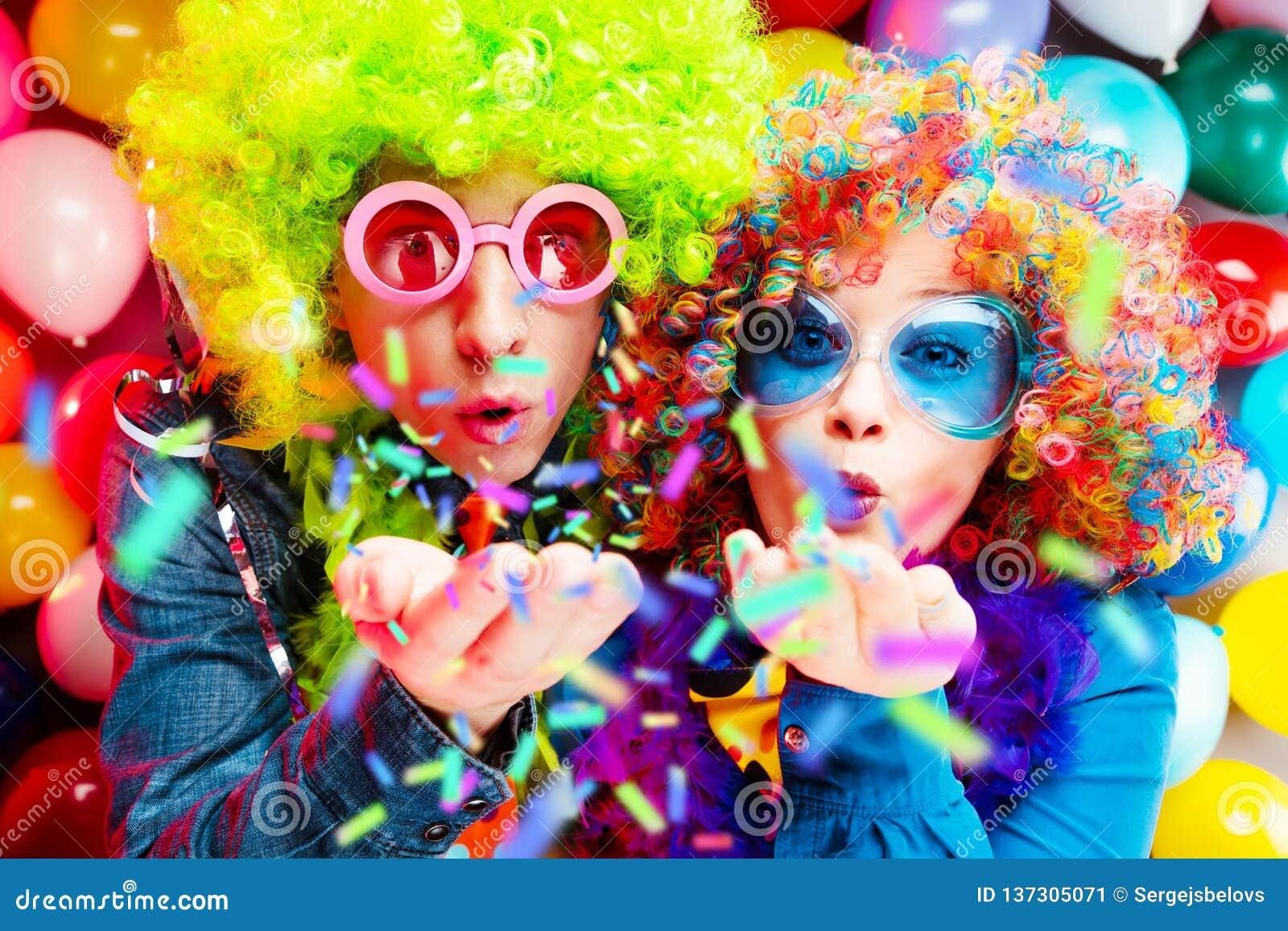 Donne ed uomini che celebrano al partito per la vigilia o il carnevale dei nuovi anni