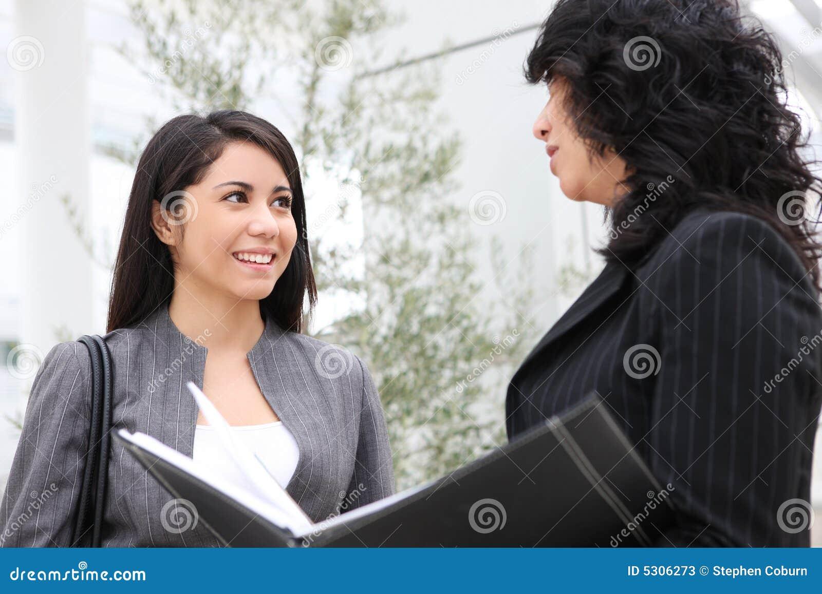 Download Donne Graziose All'edificio Per Uffici Immagine Stock - Immagine di businesswoman, faccia: 5306273