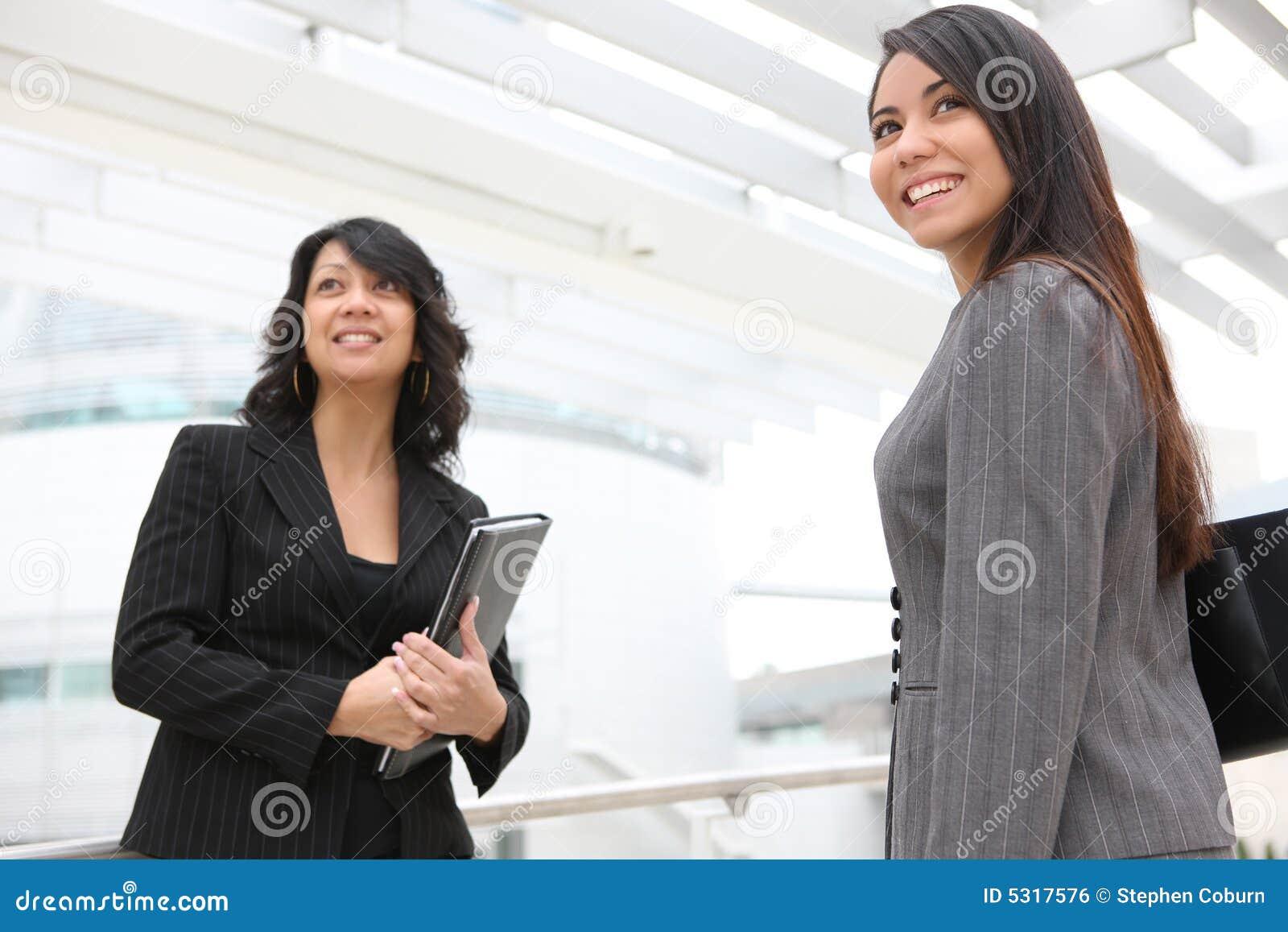 Download Donne Graziose All'edificio Per Uffici Fotografia Stock - Immagine di modo, signora: 5317576