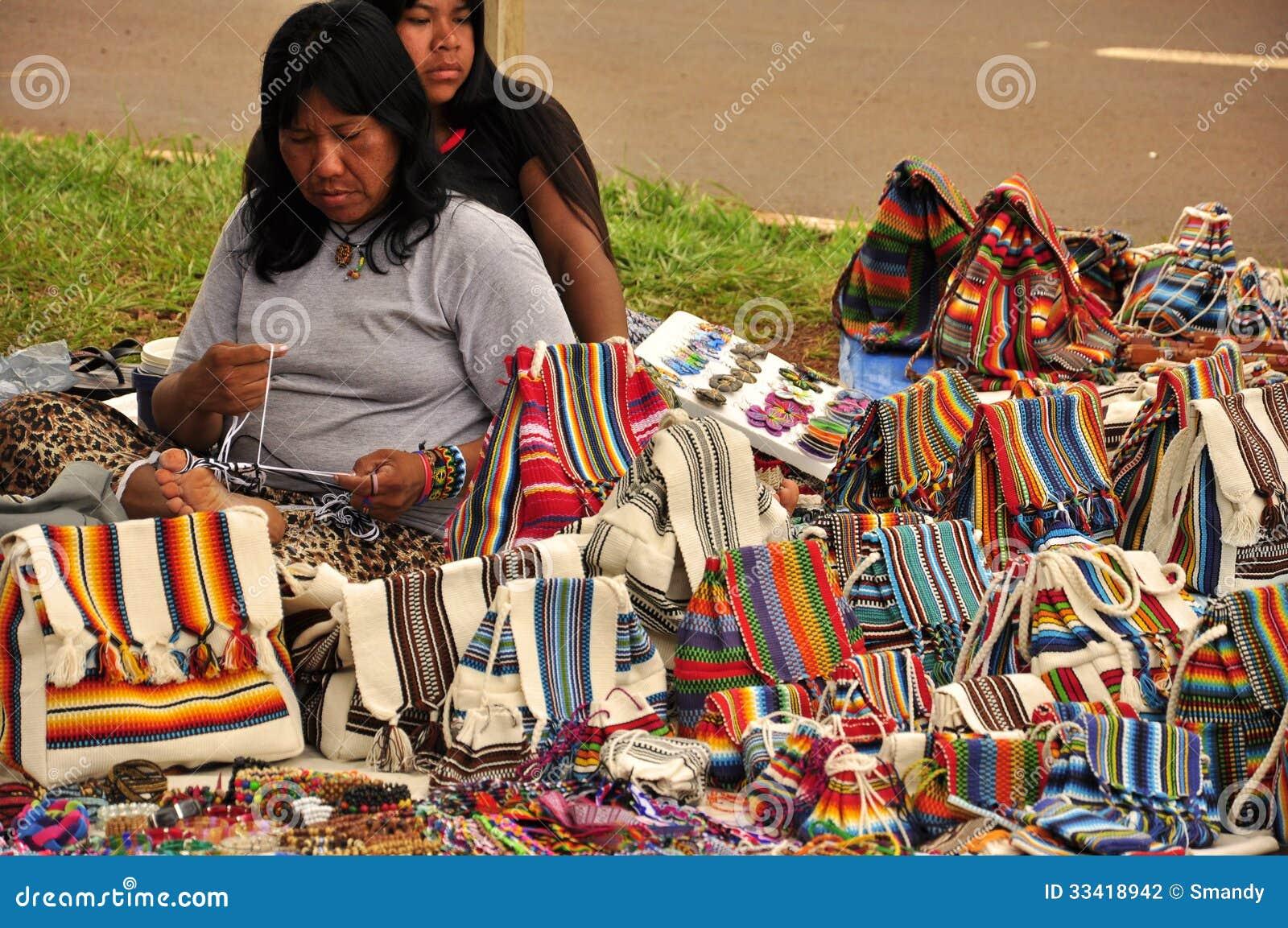 Donne indigene che vendono le borse fatte a mano tradizionali del Sudamerica