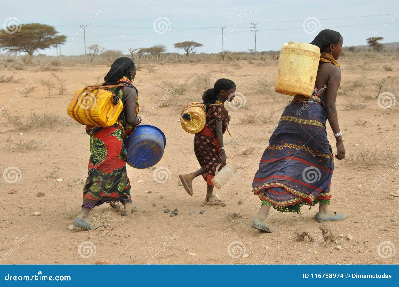 Donne nel deserto dell Africa orientale