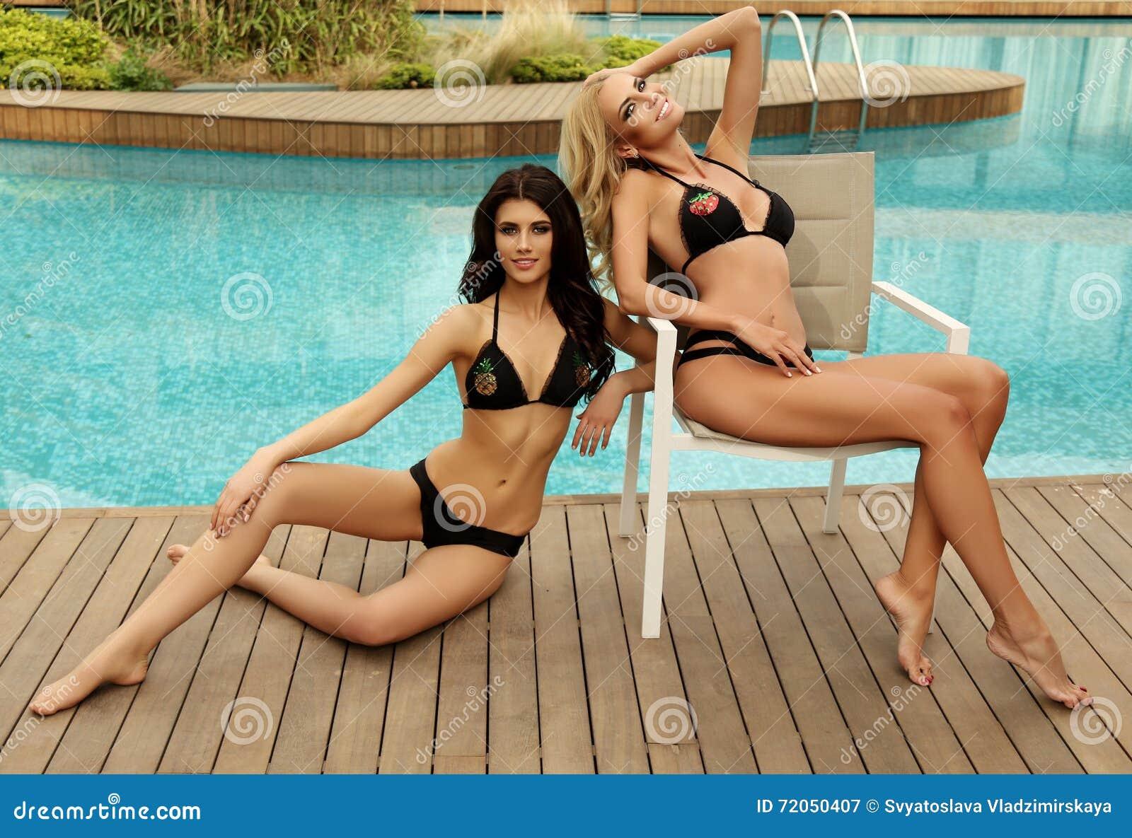 Donne splendide sexy in bikini elegante che posa accanto for Bikini piscina