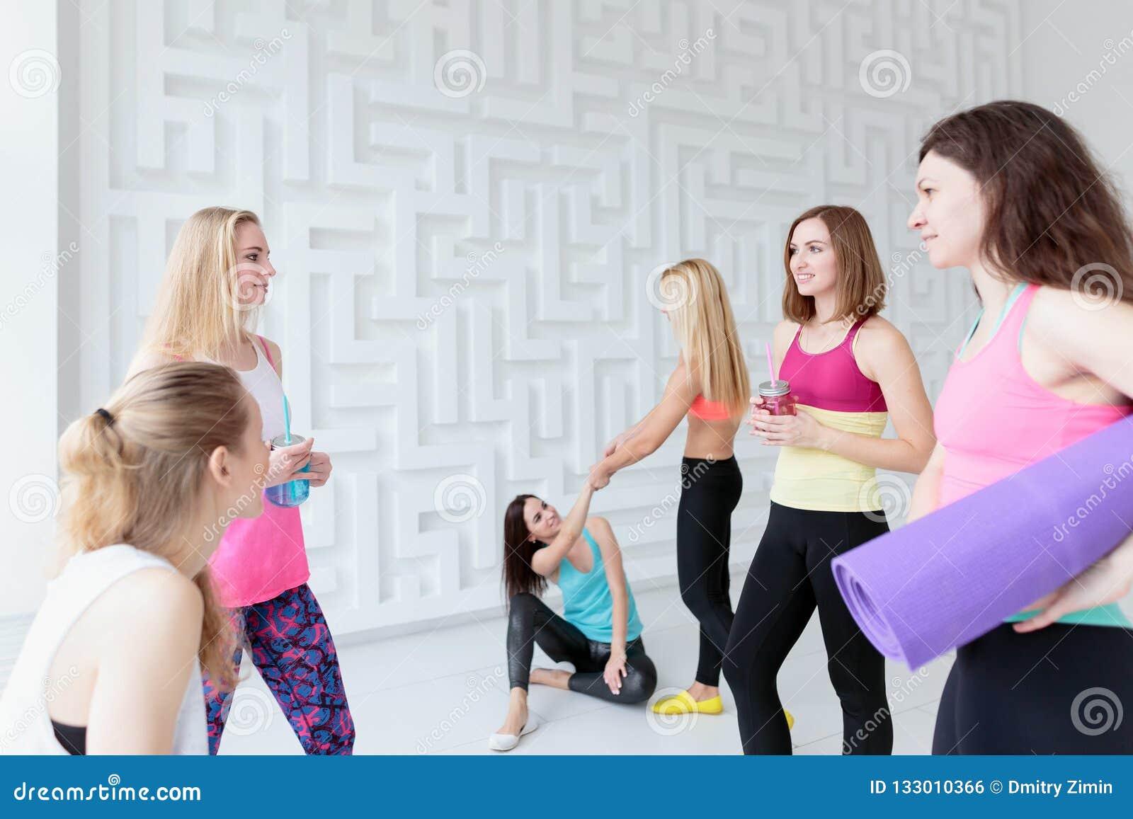 Donne sportive che si rilassano dopo il loro allenamento nello studio di yoga