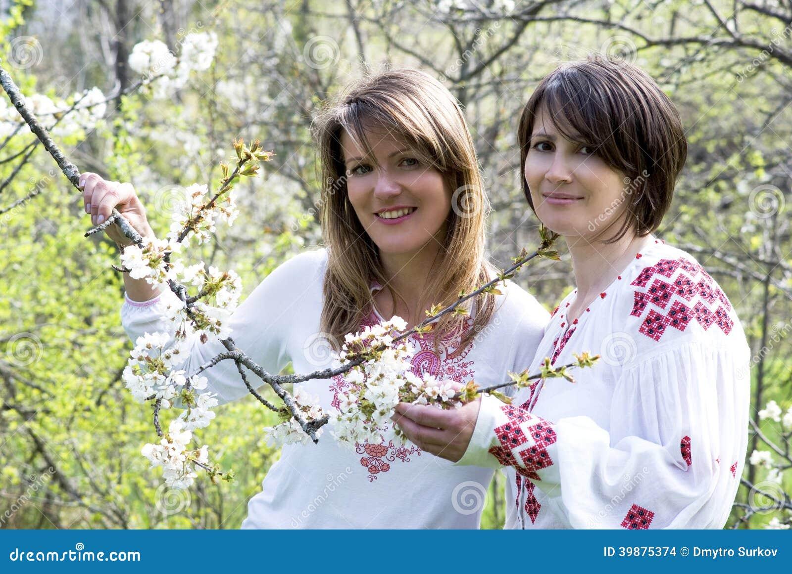 Donne ucraine in vestito tradizionale fotografia stock for Vestito tradizionale giapponese femminile