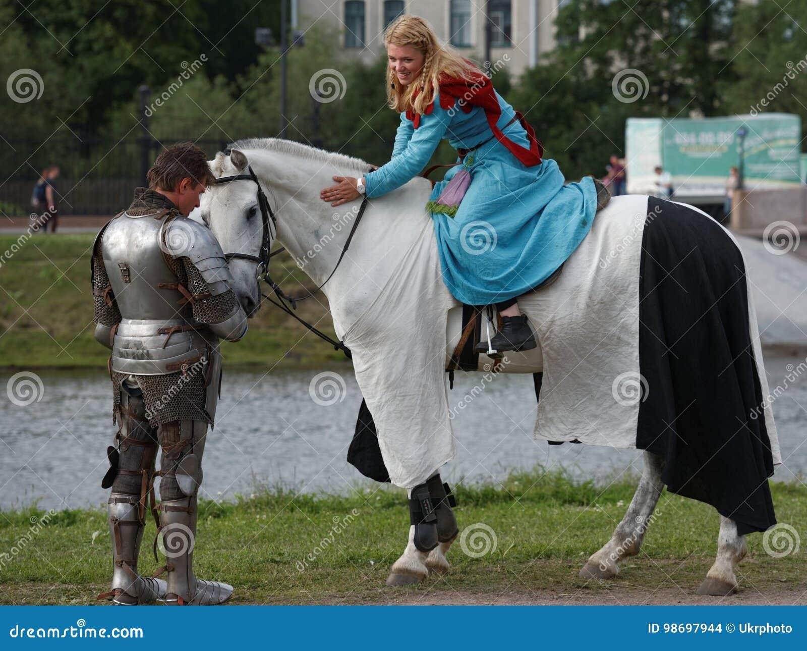 Vestiti Medievali Immagine Su Cavallo Editoriale Stock Un In Donne FcTKJl1