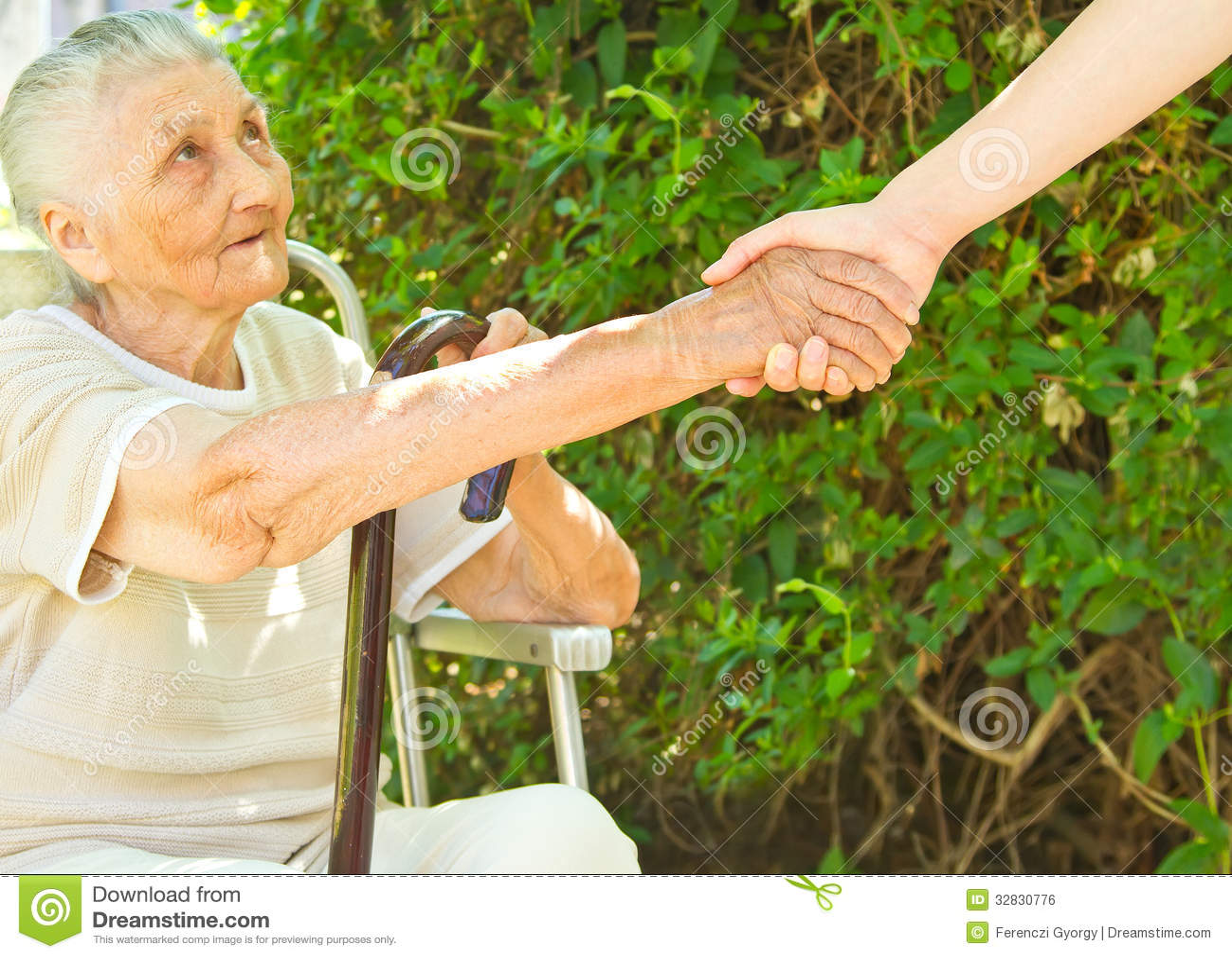 Donner un coup de main pour une vieille dame de séance en parc
