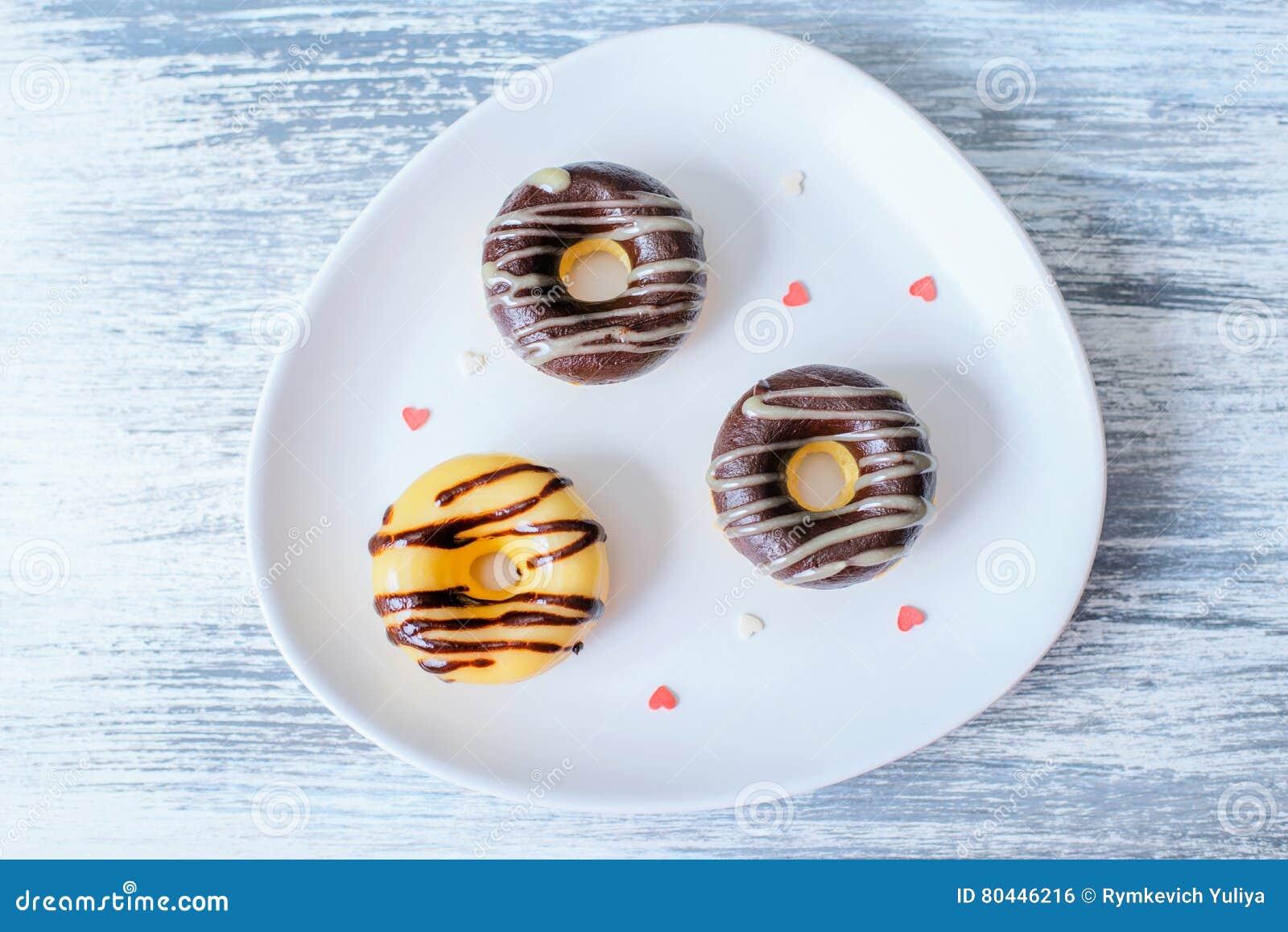 3 Donuts на украшенной плите