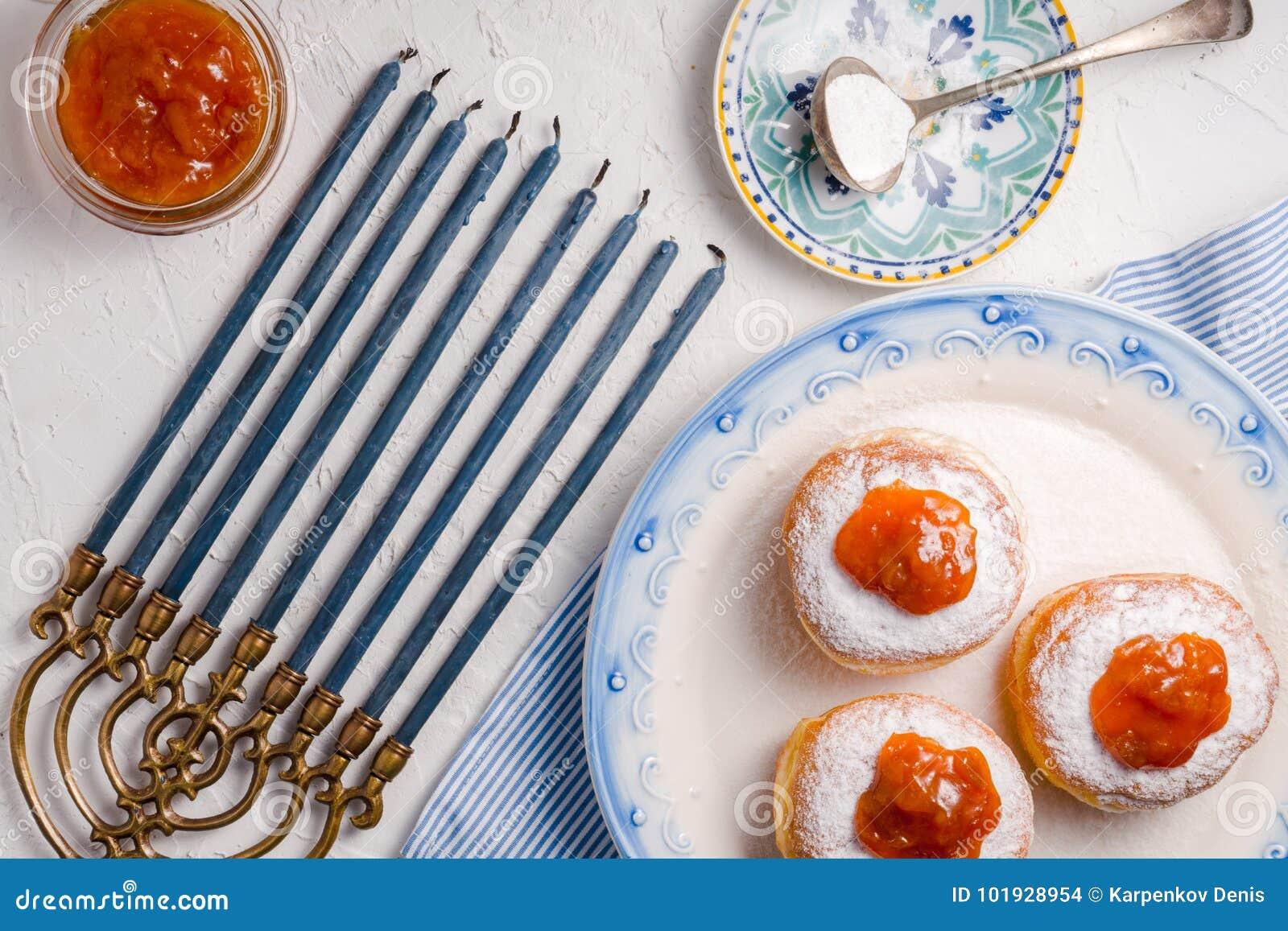 Donuts с абрикосом сжимают на керамических плите и взгляд сверху Хануки
