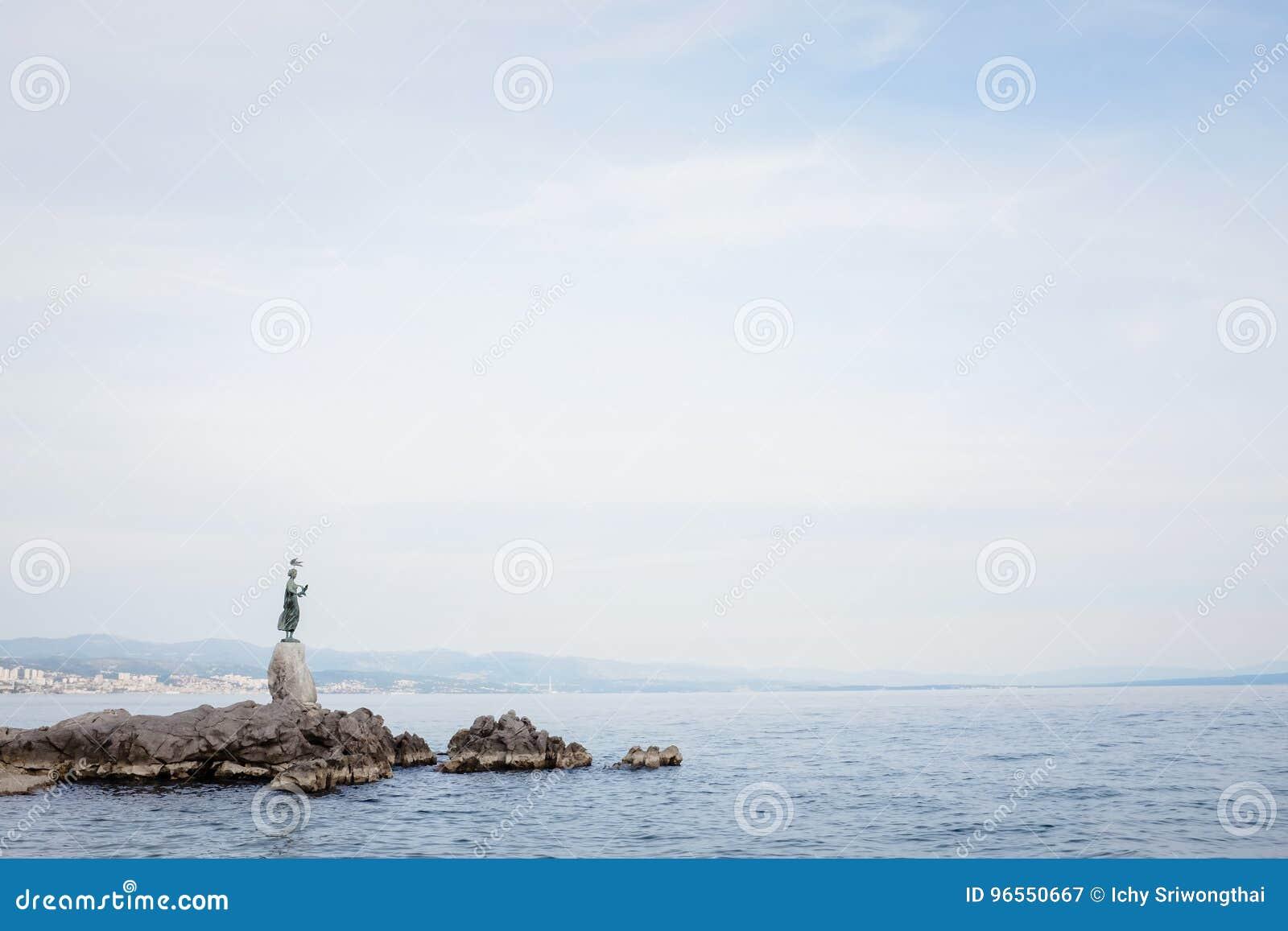 Donzela com a estátua da gaivota