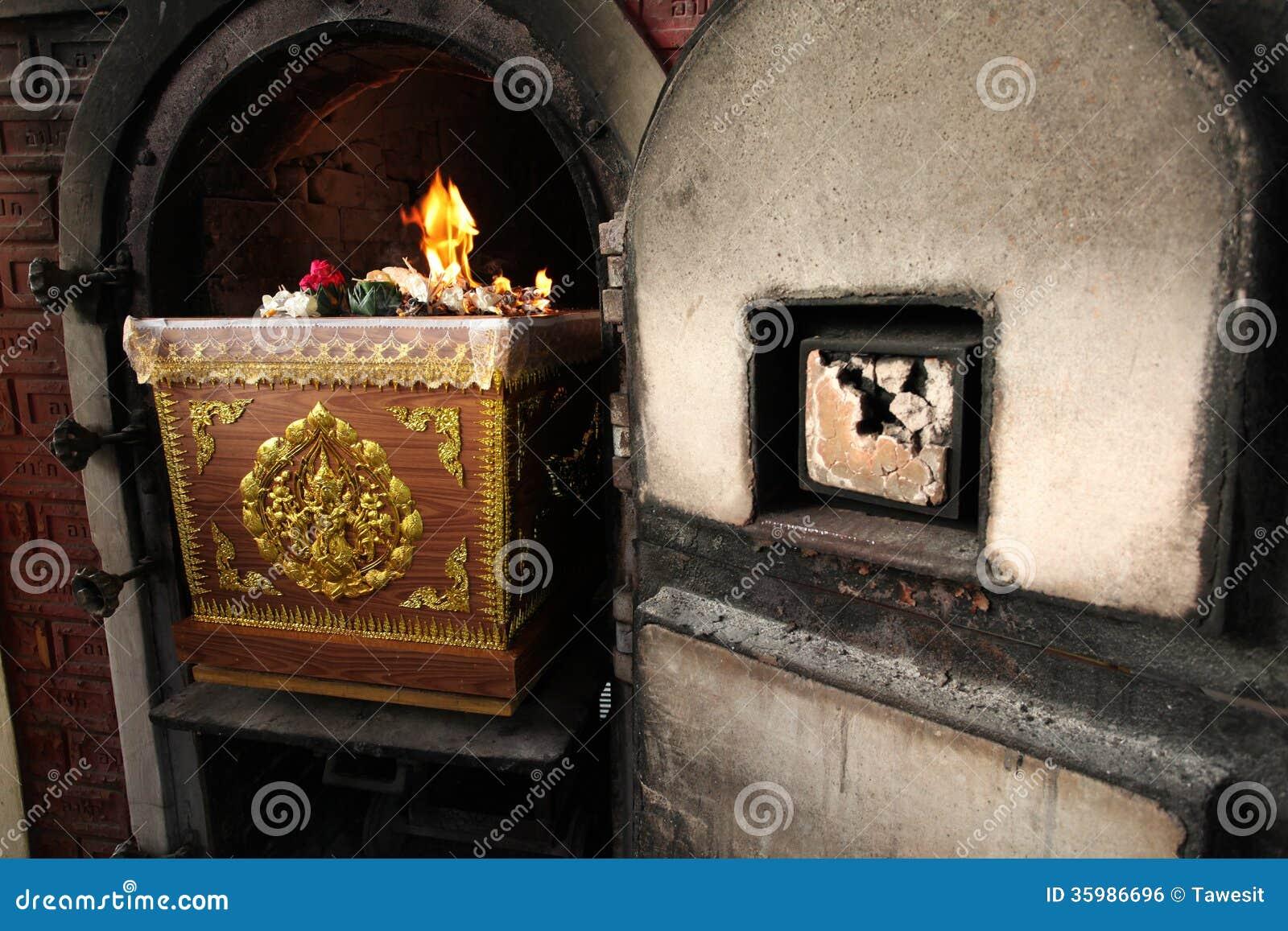 Doodskist in crematoire Thaise begrafenis