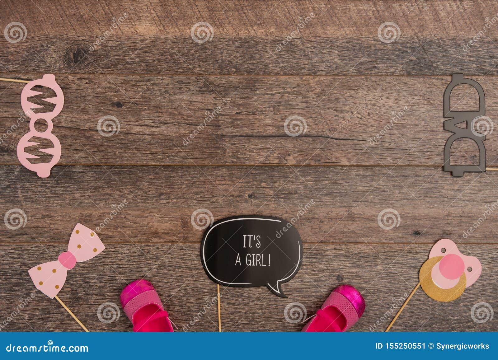 Doopselsteunen Met De Schoenen Van Het Babymeisje Op Houten