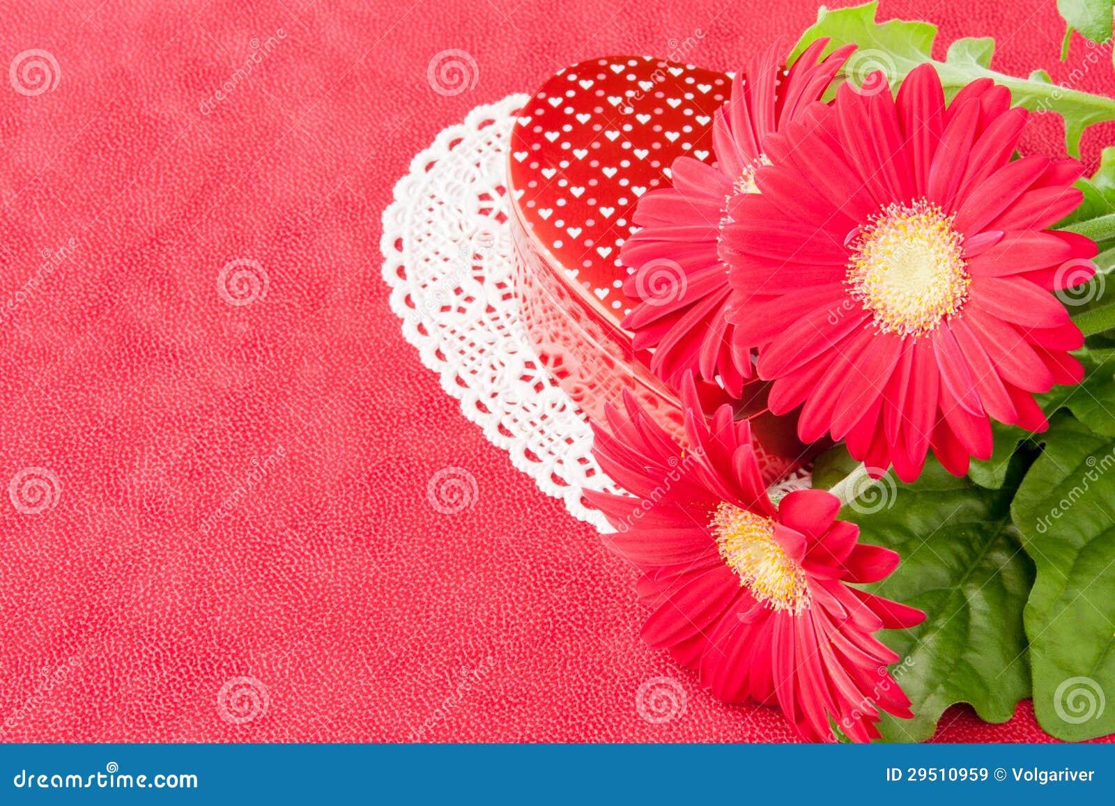 Doos van chocolade en bloemen voor de dag van Valentijnskaarten.