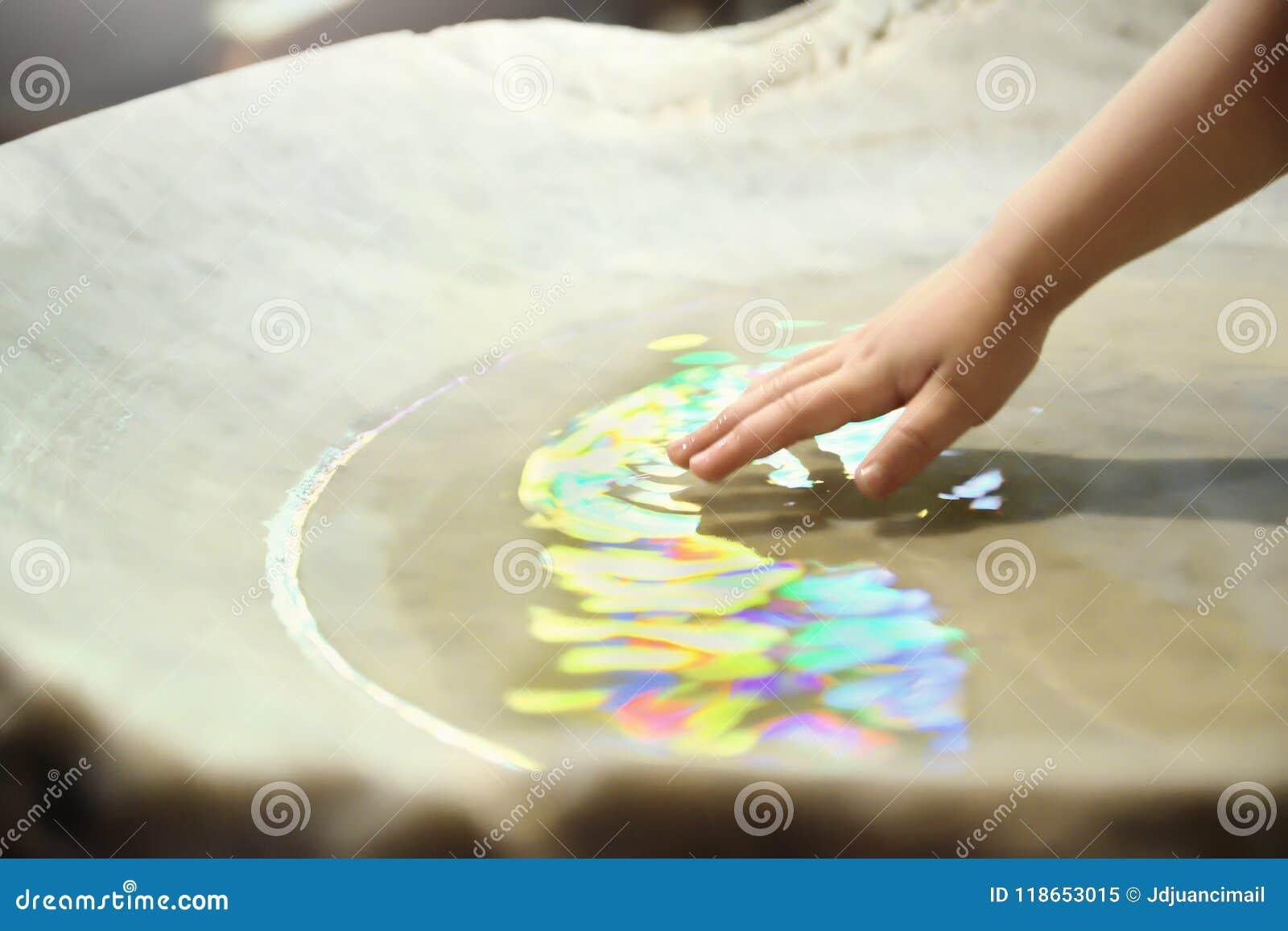 Dopberöm Dop- hög och en hand med sakralt vatten i en kyrka tomt kopieringsutrymme