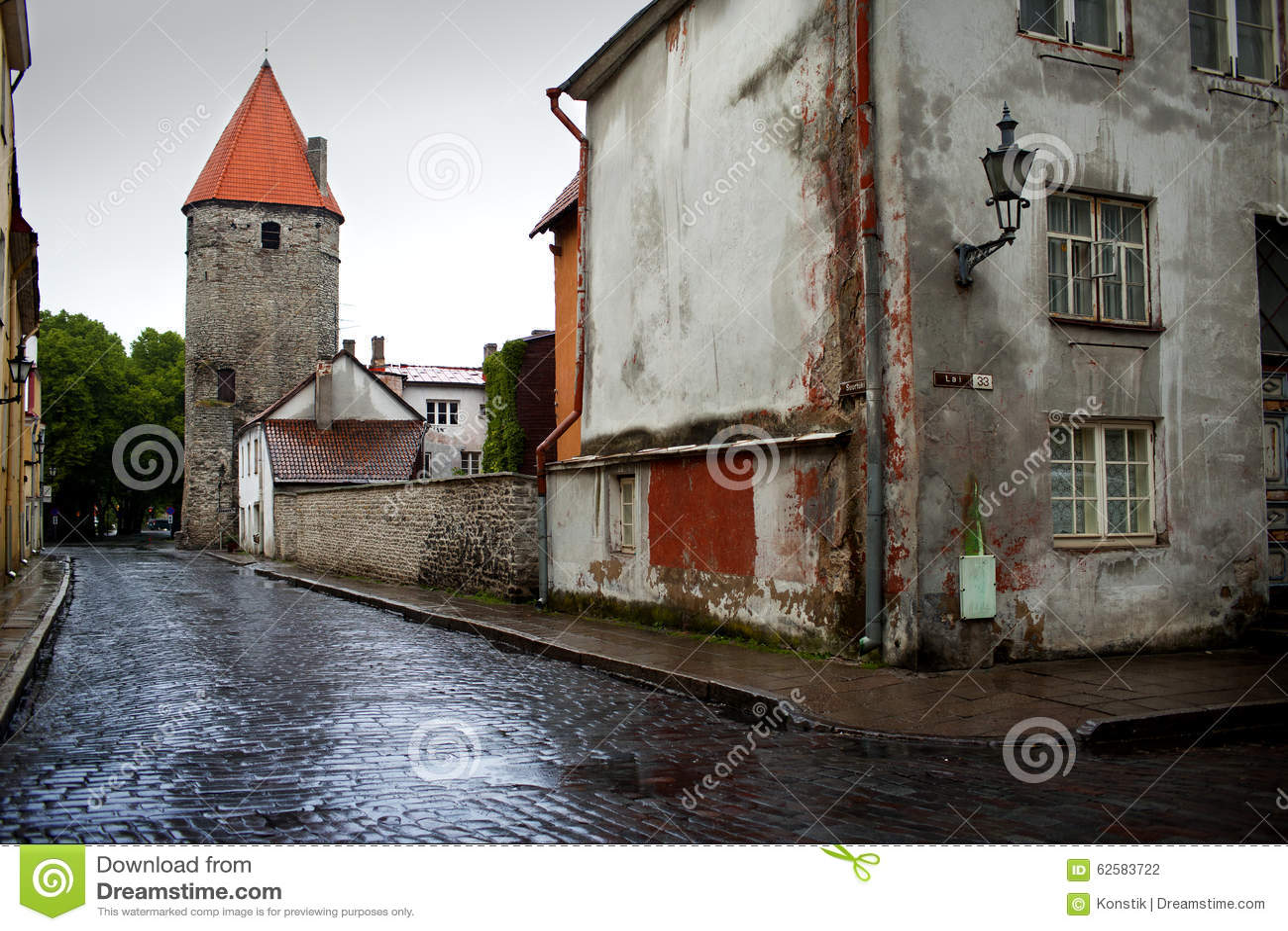Dopo la pioggia Via e torre di un muro di cinta Vecchia città Tallinn, Estonia