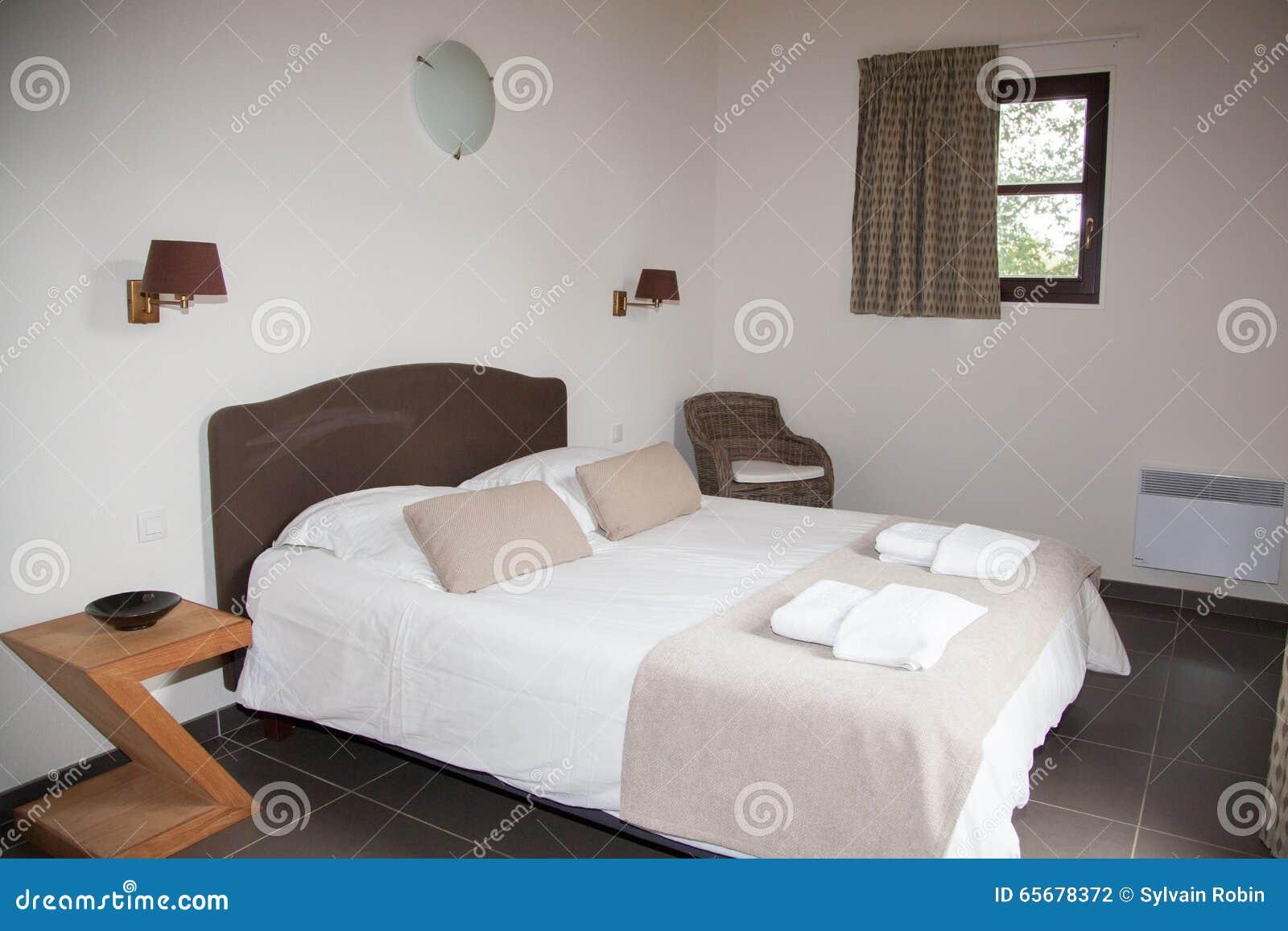 Download Doppelbett Im Schlafzimmer Mit Schreibtisch Lampe Nahe Ihr  Stockfoto   Bild Von Schreibtisch,