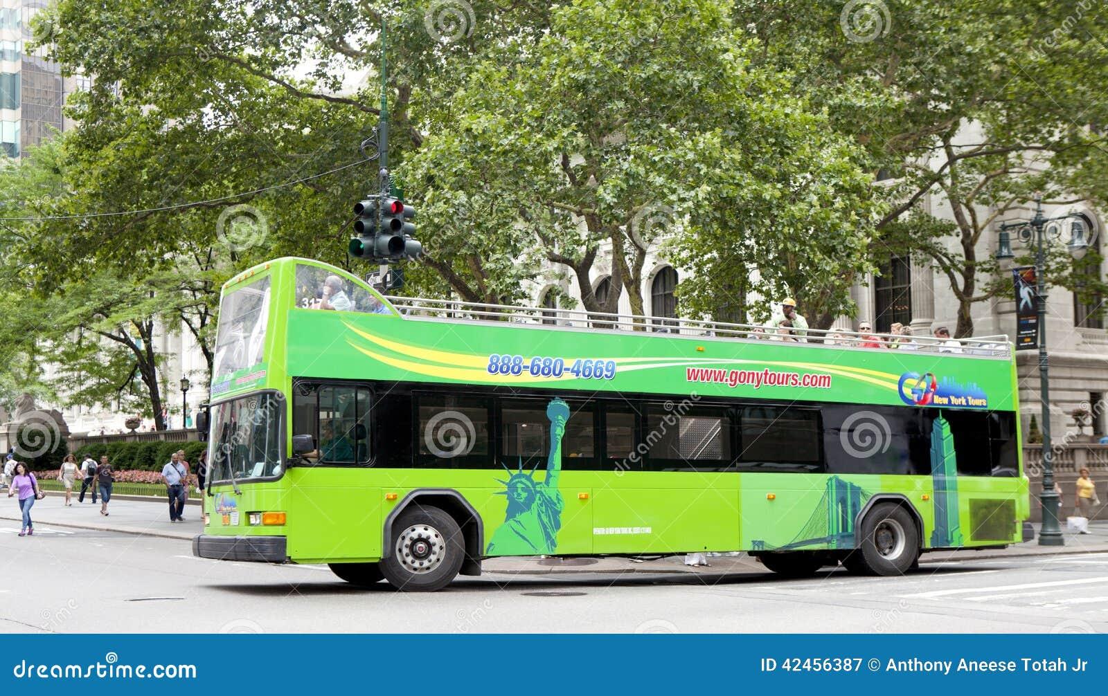 Doppeldeckerreisebus vor der New- York Citybibliothek