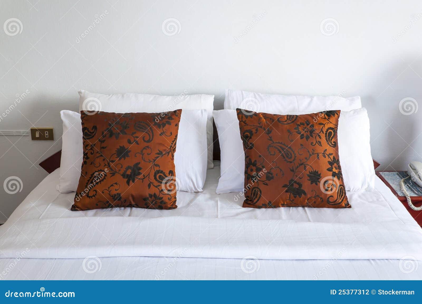 Doppi cuscini marroni in camera da letto fotografia stock immagine di base doppio 25377312 - Cuscini da letto ...