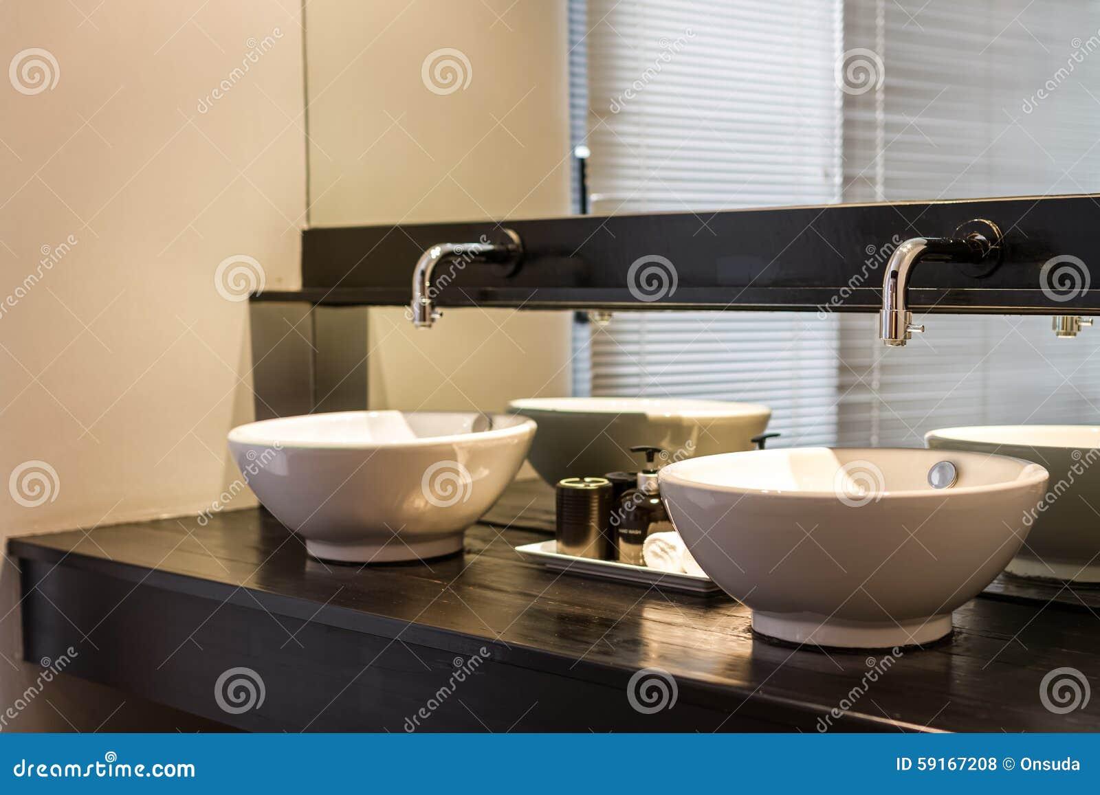 Doppi lavandini in bagno fotografia stock   immagine: 59167208