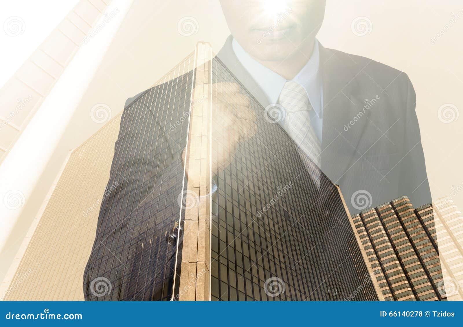 Doppia esposizione dell uomo d affari con paesaggio urbano, Busi di vetro moderno