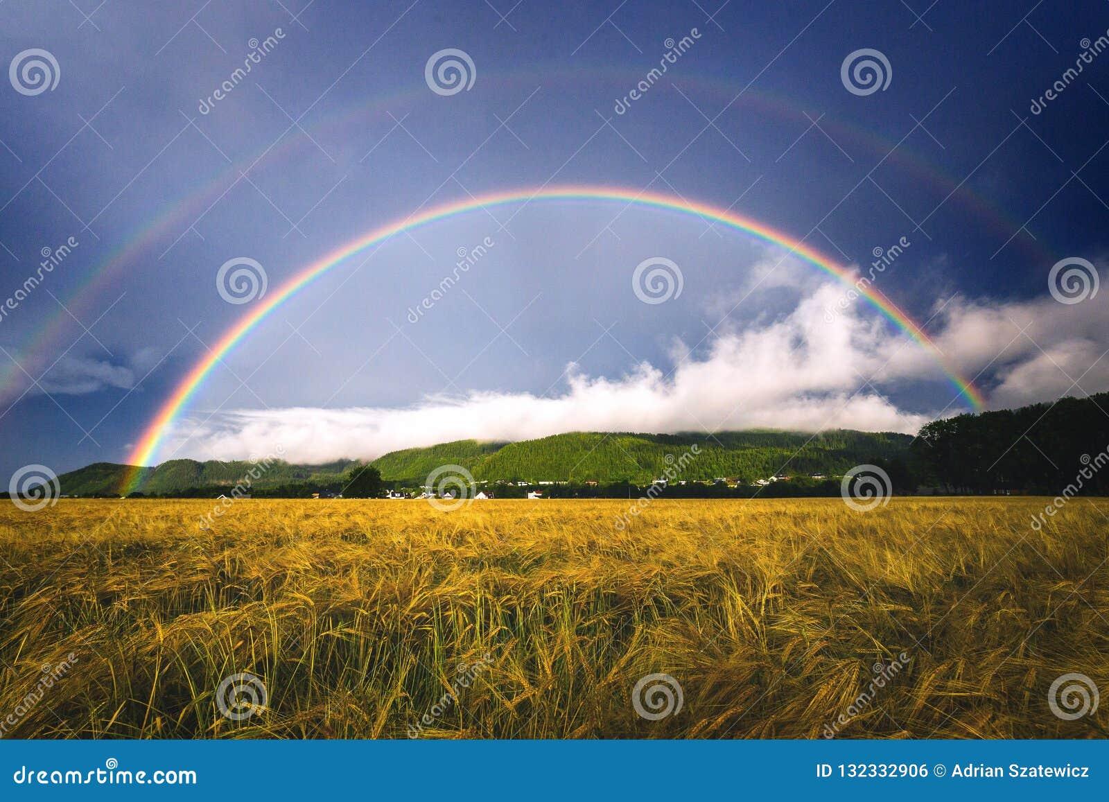 Doppio arcobaleno sopra i campi agricoli nelle zone rurali in Ranheim, Norvegia
