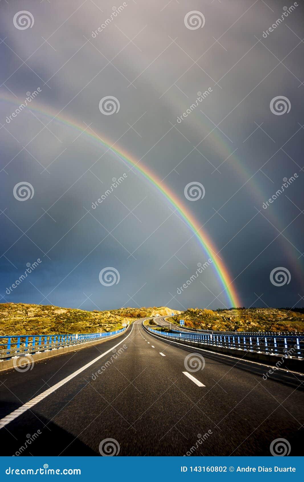 Doppio arcobaleno sopra la strada principale