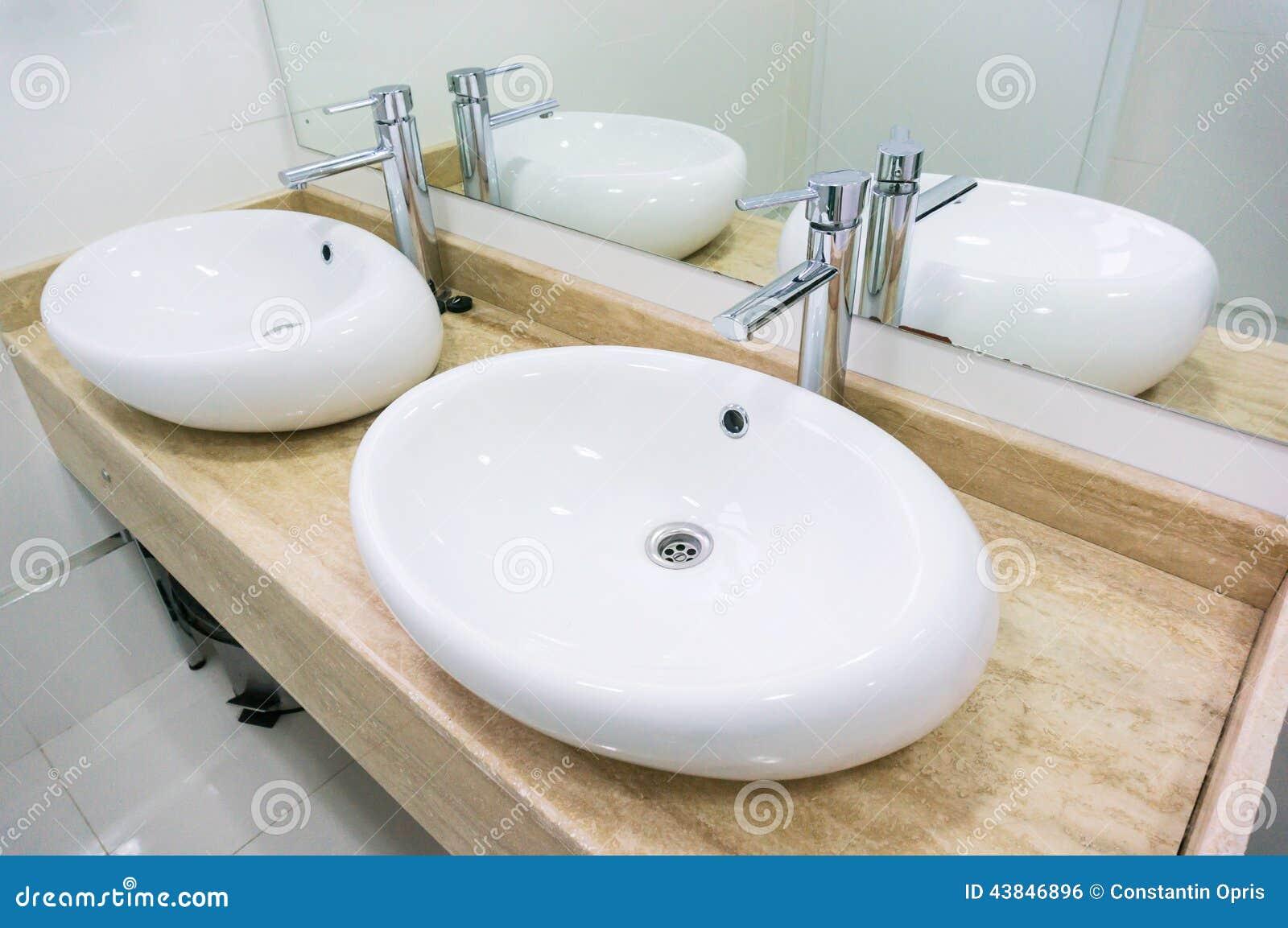 Doppio lavandino in ristorante fotografia stock immagine - Lavandino bagno doppio ...