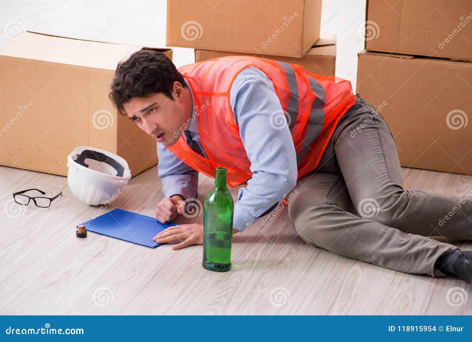 Doręczeniowy mężczyzna pijący przy pracą