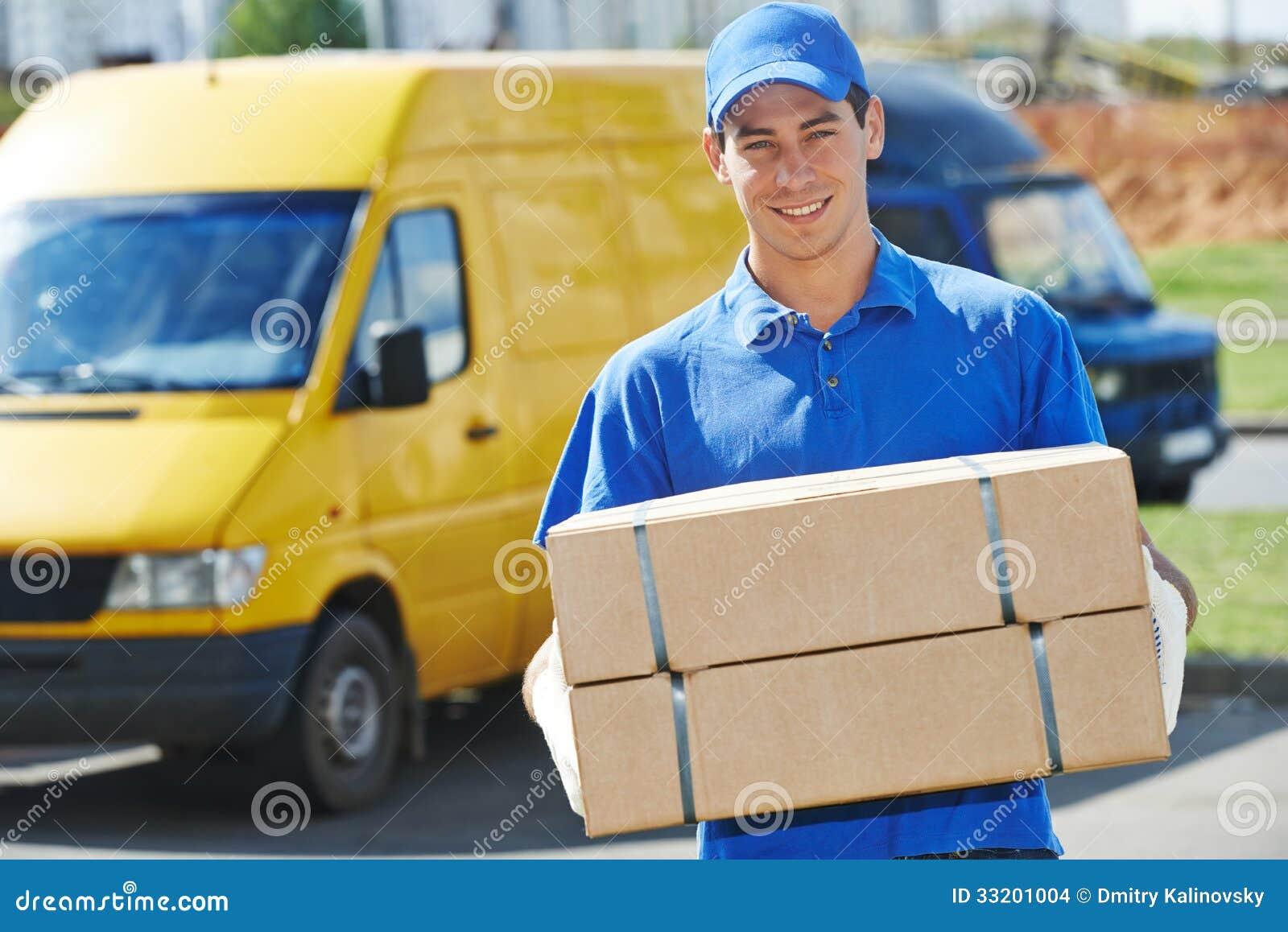 Doręczeniowy mężczyzna z pakuneczka pudełkiem