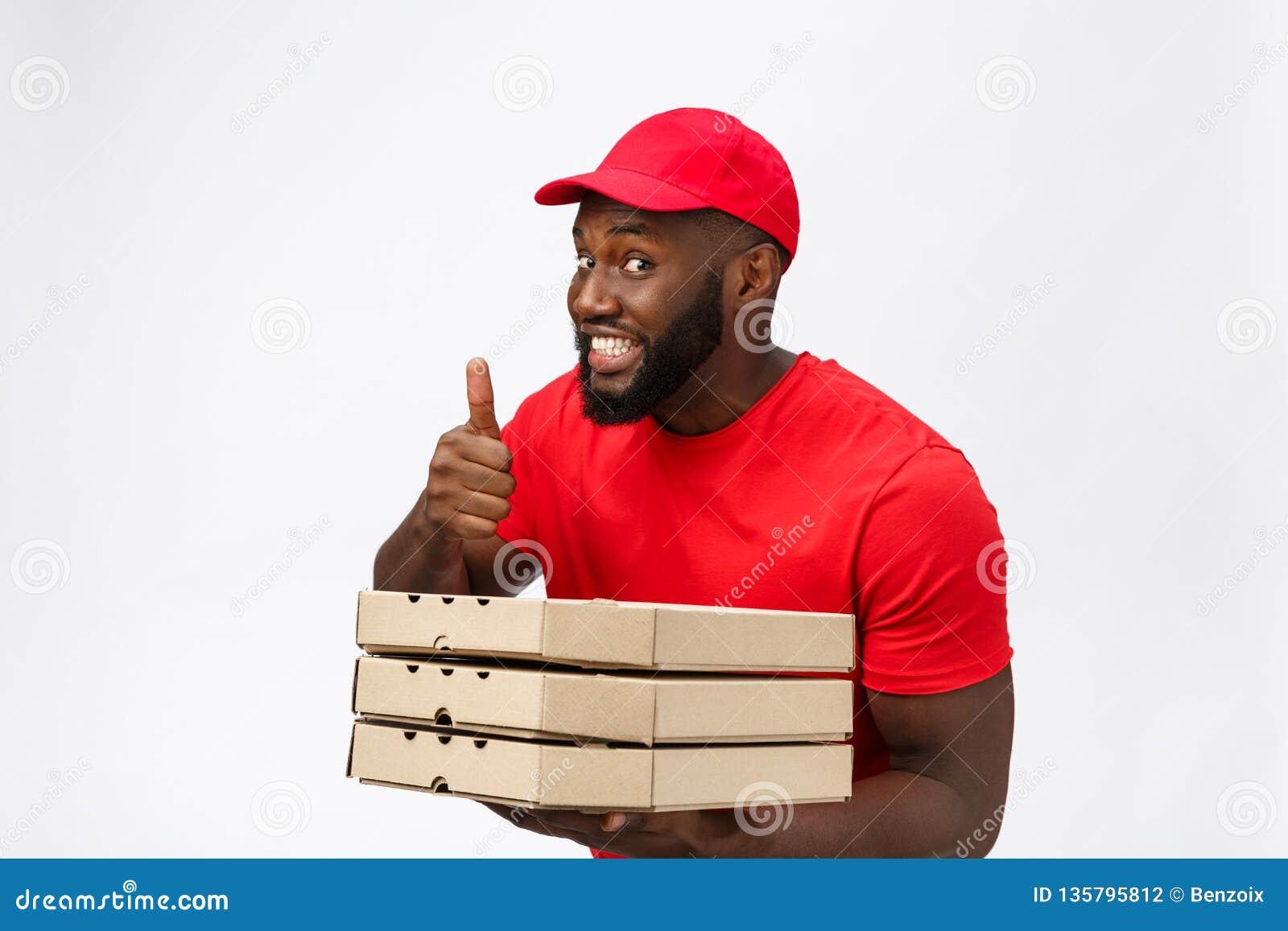 Doręczeniowy pojęcie - portret Szczęśliwego amerykanin afrykańskiego pochodzenia doręczeniowy mężczyzna trzyma pizzy pudełka paku