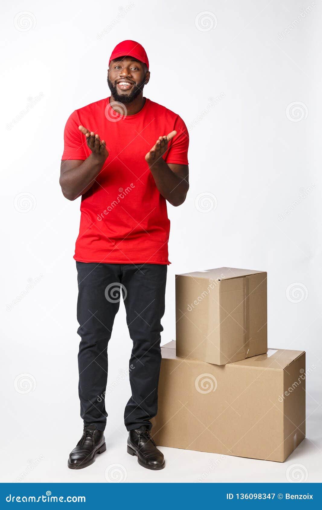 Doręczeniowy pojęcie - portret Szczęśliwego amerykanina afrykańskiego pochodzenia doręczeniowy mężczyzna trzyma pudełkowatego pak