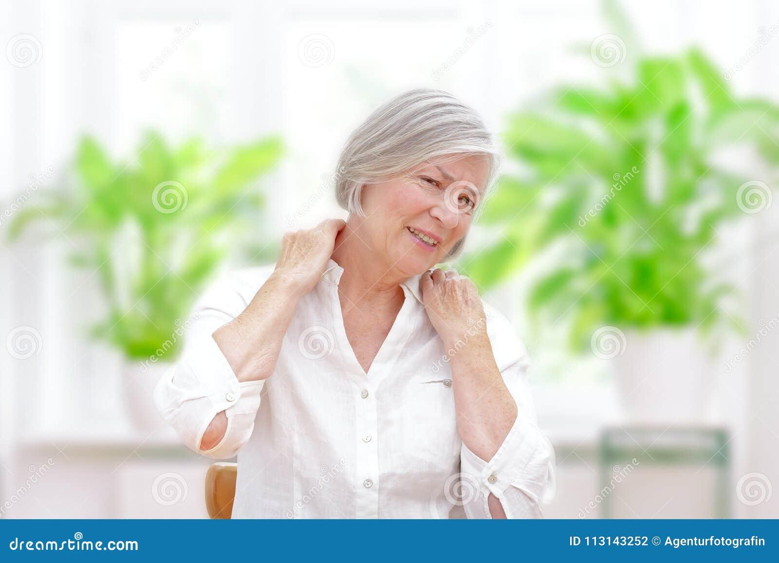 Dor aguda do ombro da mulher superior