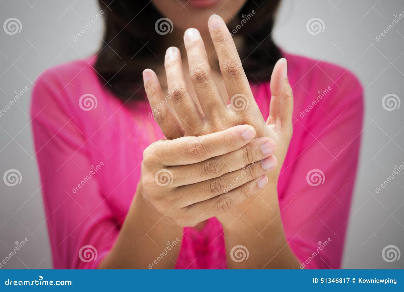 Dor aguda em um pulso das mulheres
