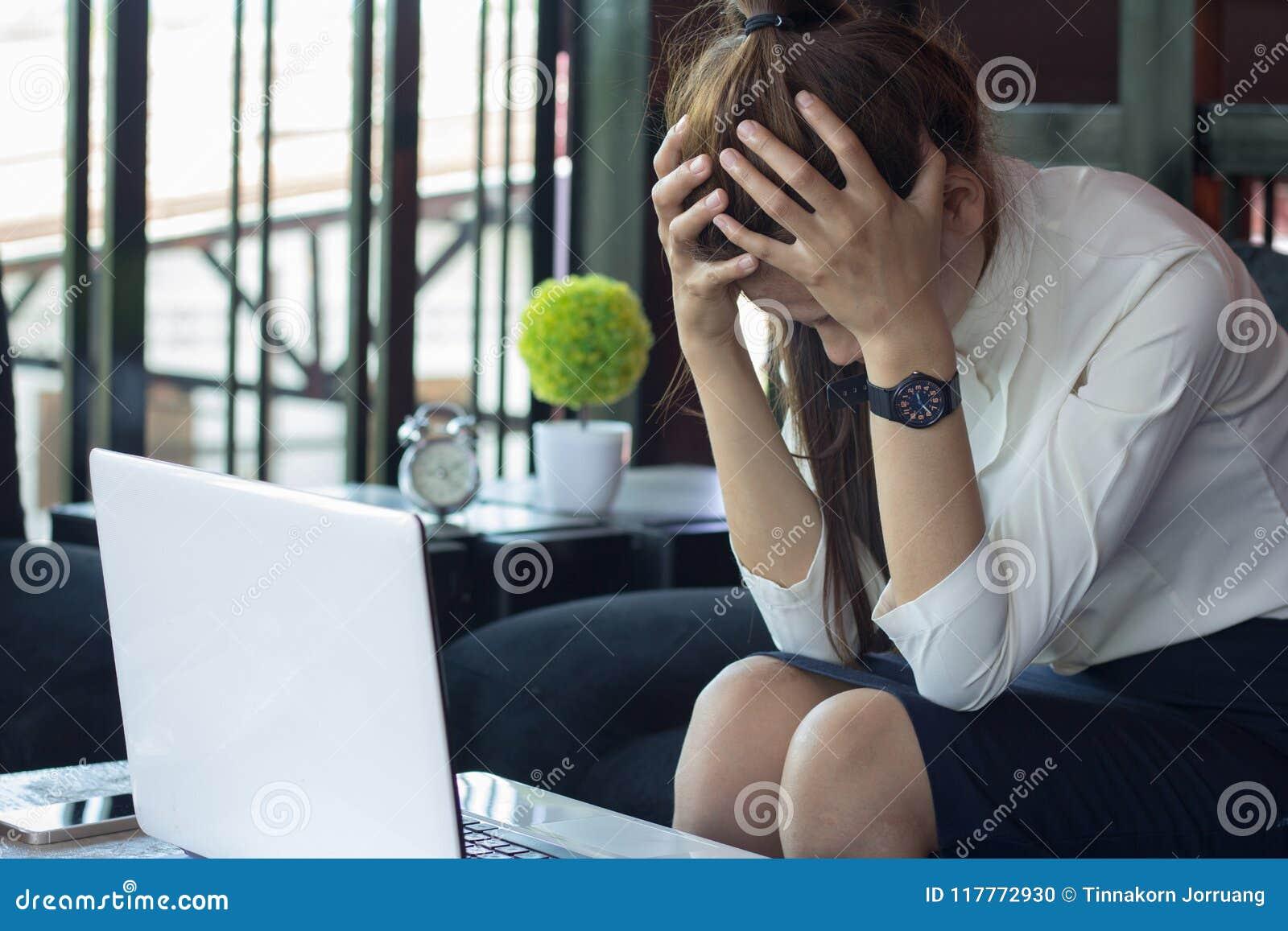 Dor de cabeça e esforço da mulher de negócio do trabalho, offic alto ruidoso