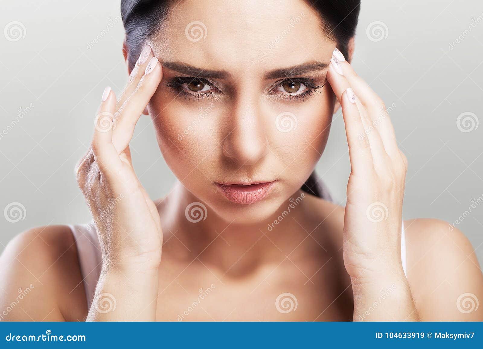 Dor de cabeça e esforço severo experiência Sentimentos dolorosos na cabeça fatiga O conceito da saúde em um fundo cinzento