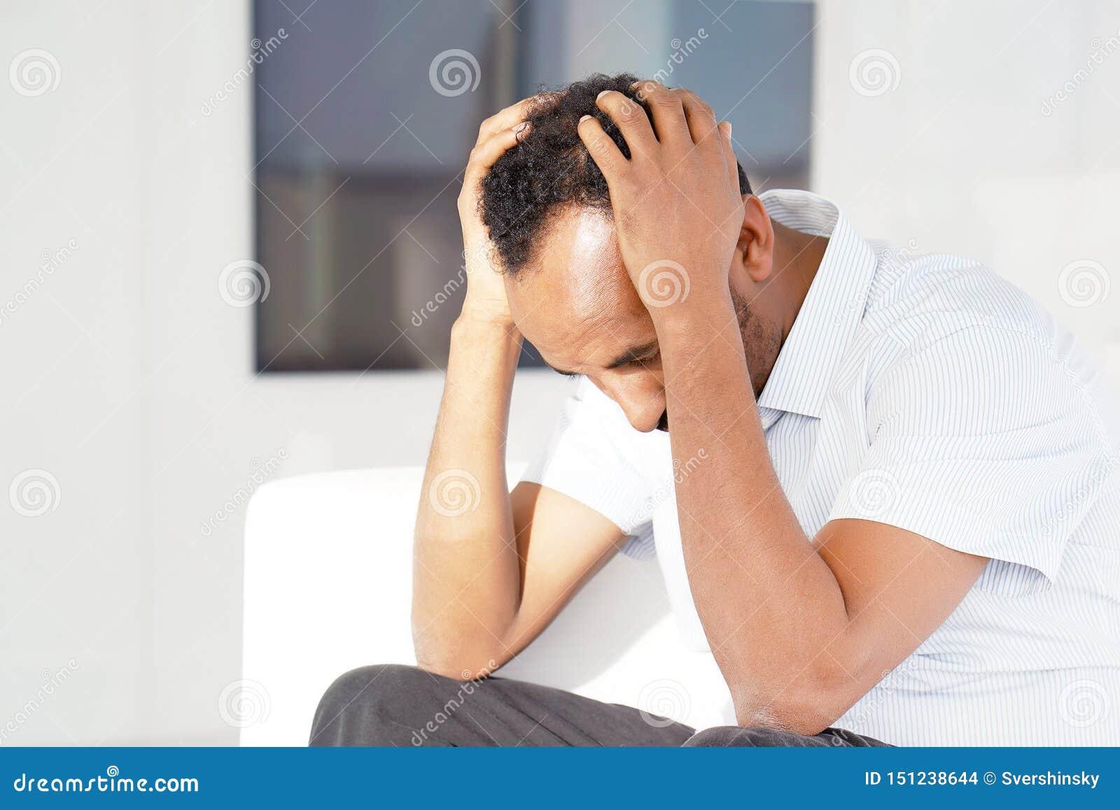 Dor de cabe?a do homem O homem espreme sua cabe?a