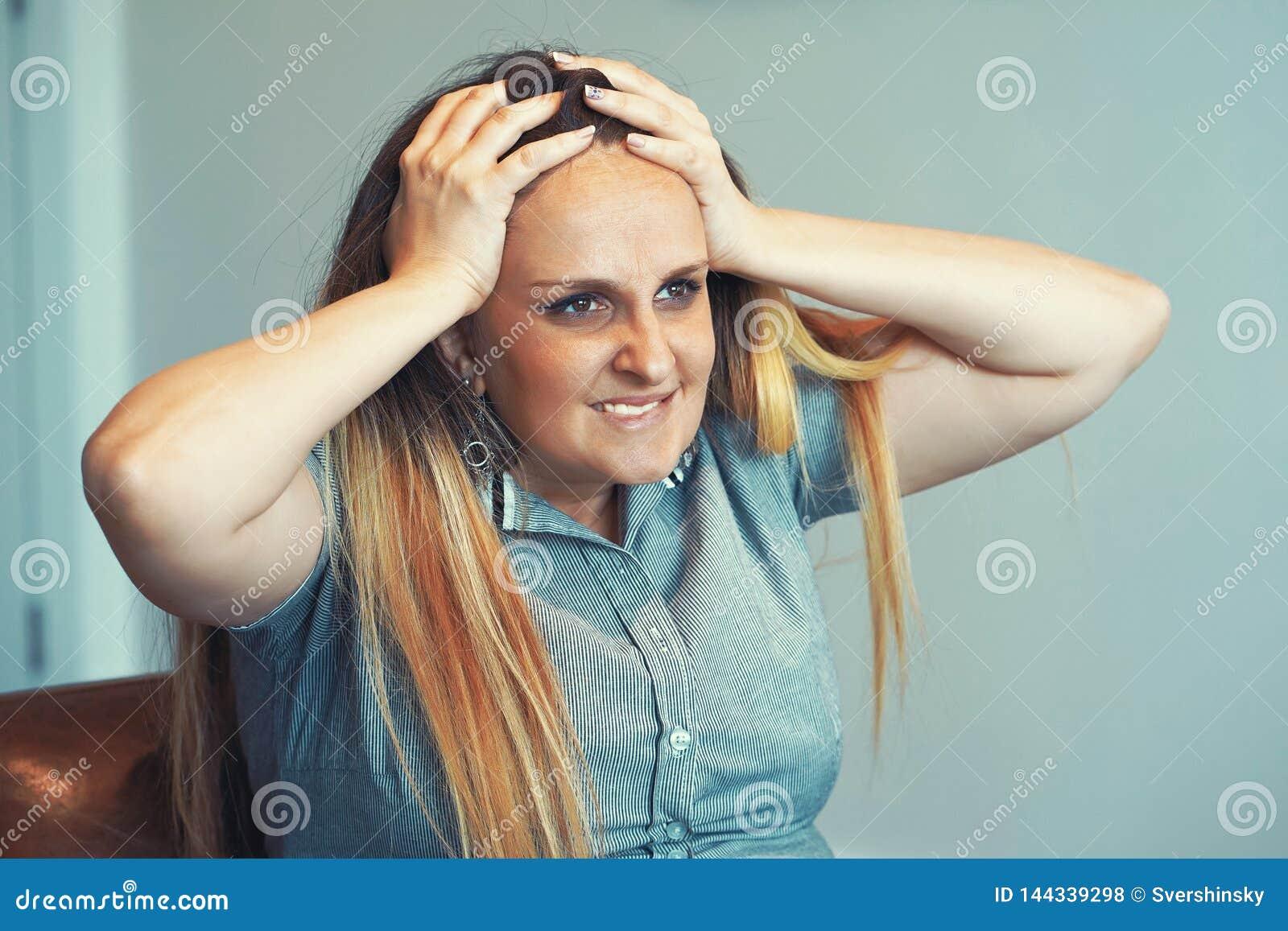 A dor de cabe?a do ` s da menina A menina espreme sua cabe?a