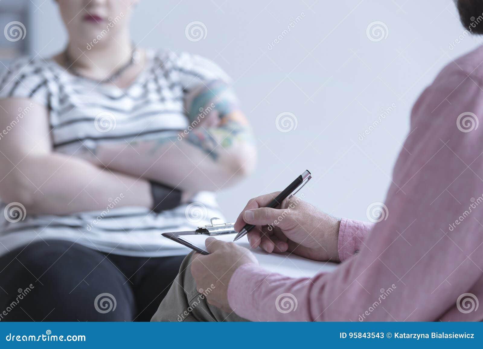 Doradca przeprowadza wywiad dziewczyny