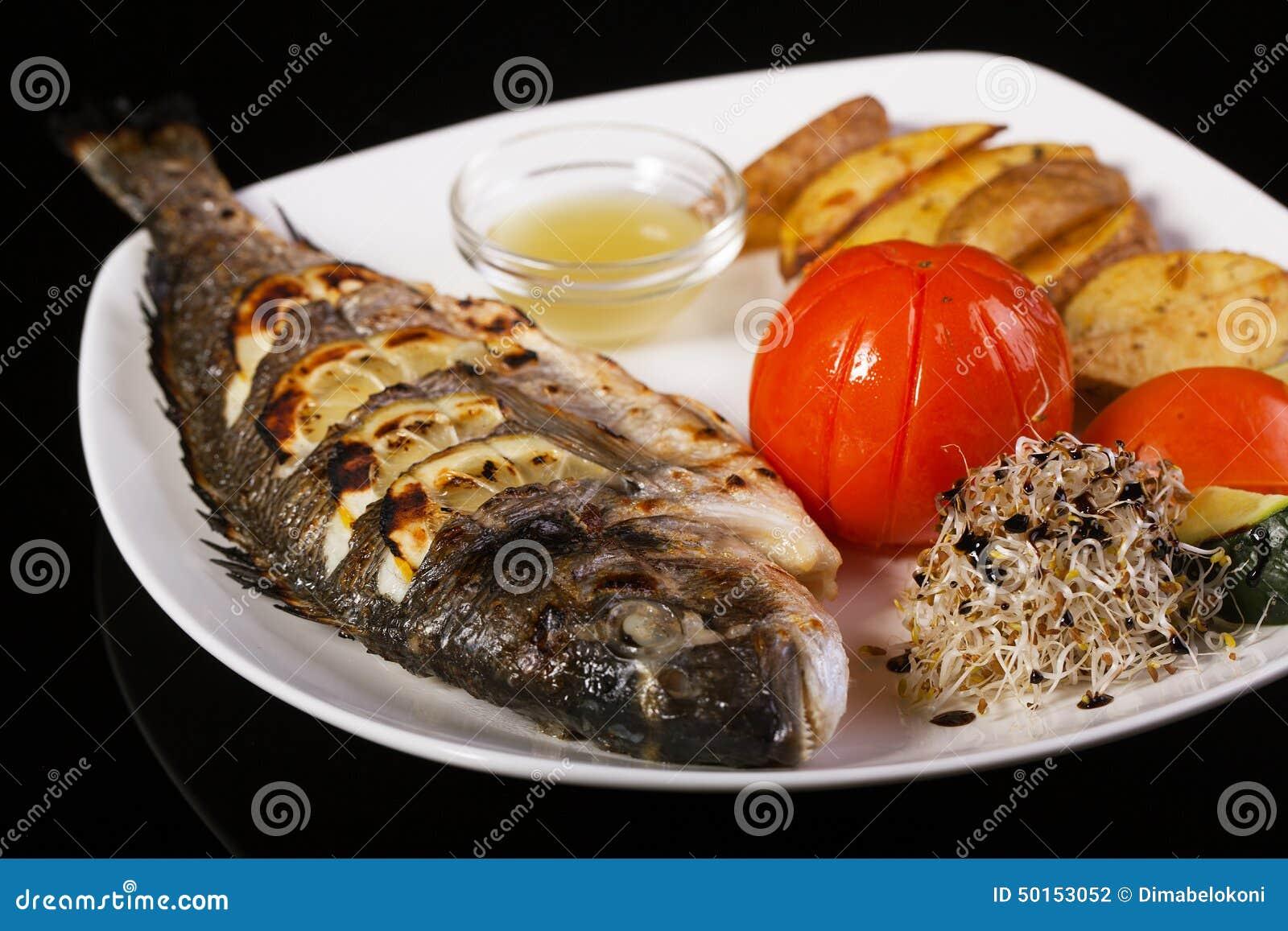 Dorade grill e de poissons sur le barbecue photo stock image du nourriture pice 50153052 - Accompagnement poisson grille barbecue ...