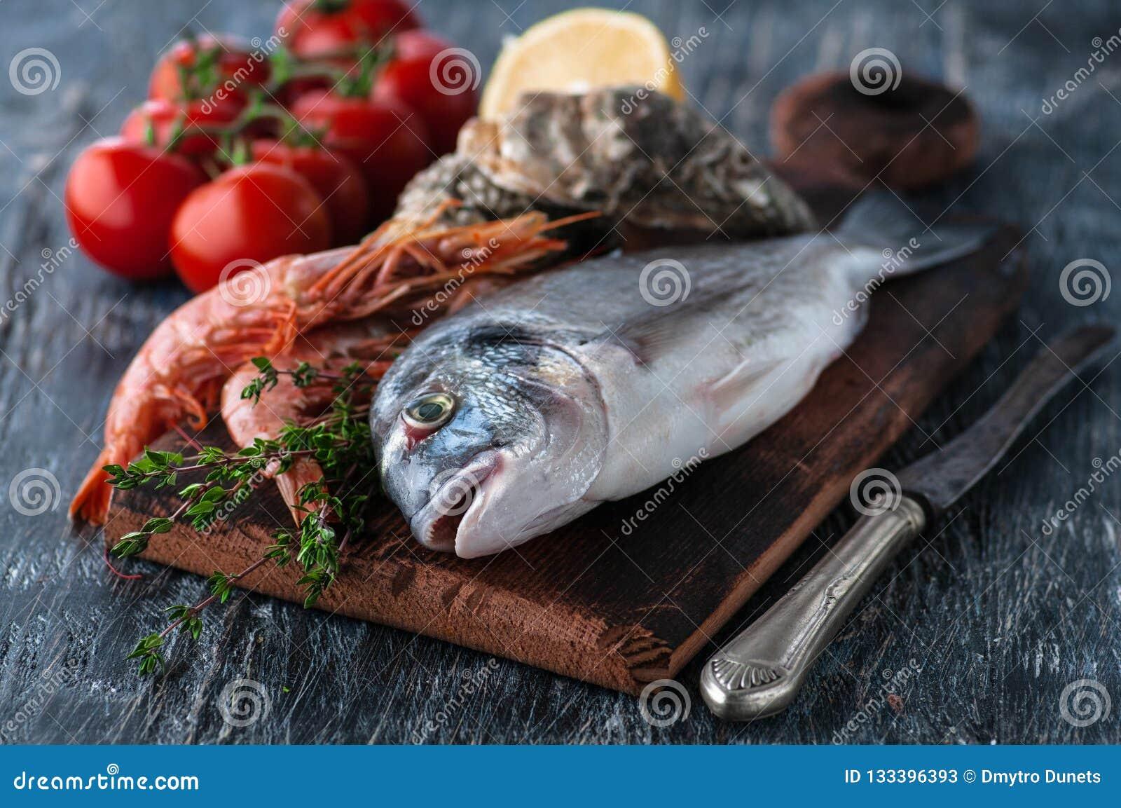 Dorado fresco del pesce di mare con le ostriche e gamberetto e verdure