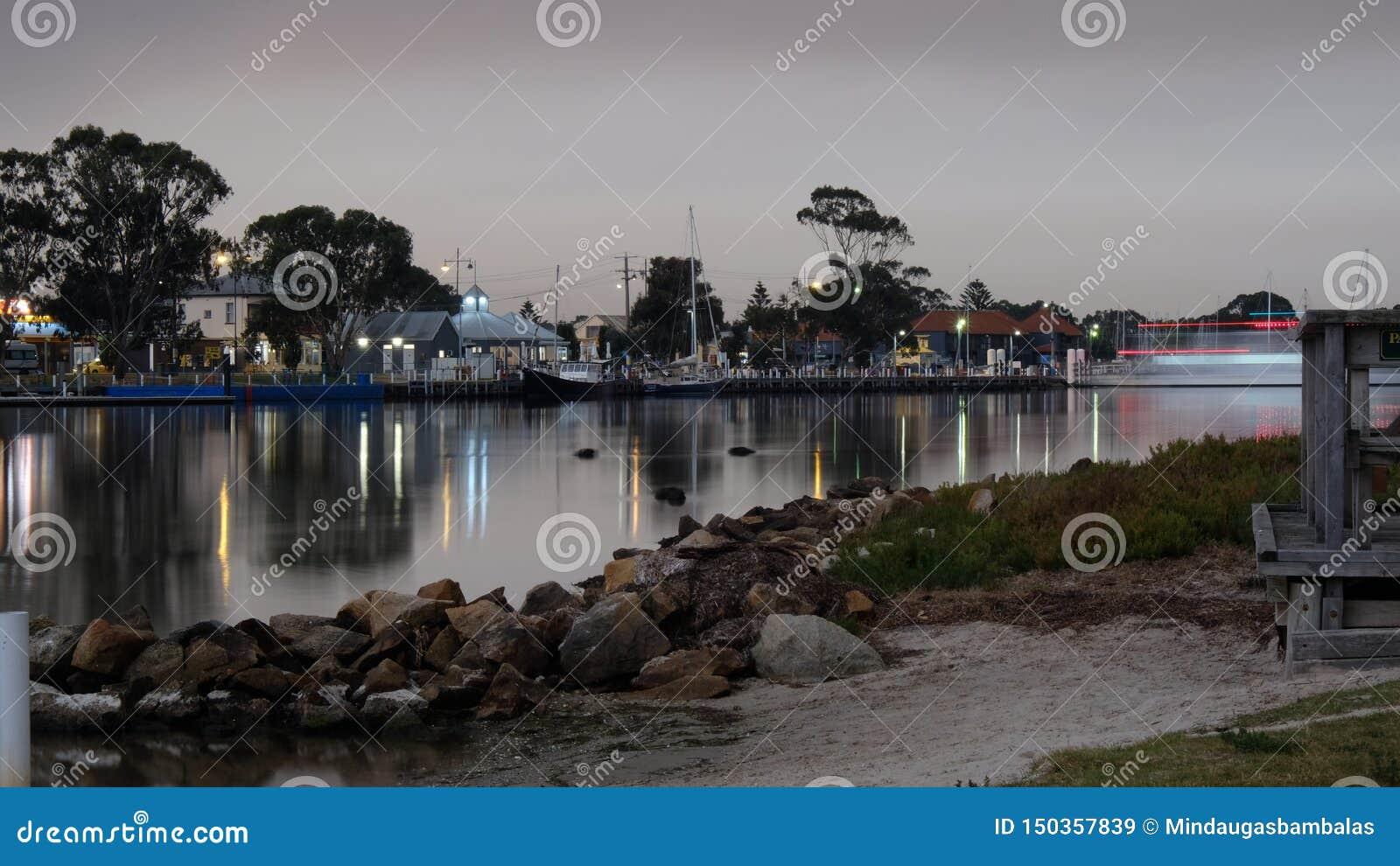 Dorf auf der anderen Seite des Flusses