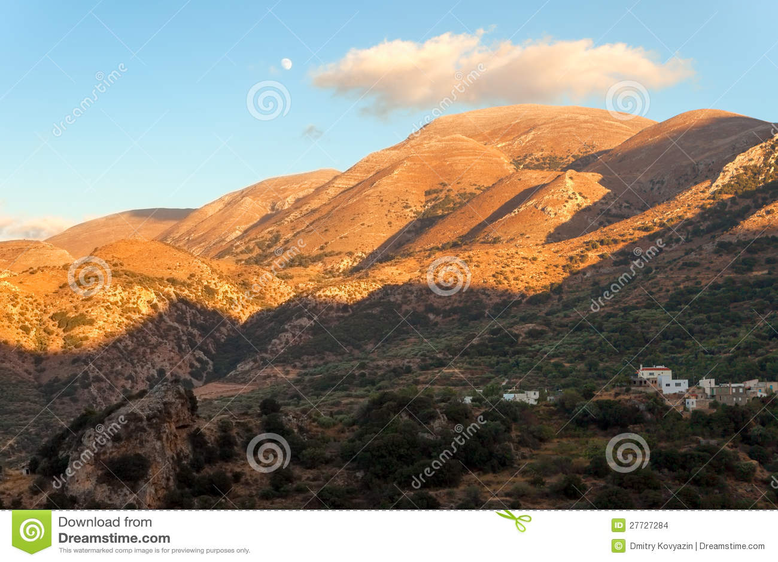 Dorf auf der Steigung des Berges