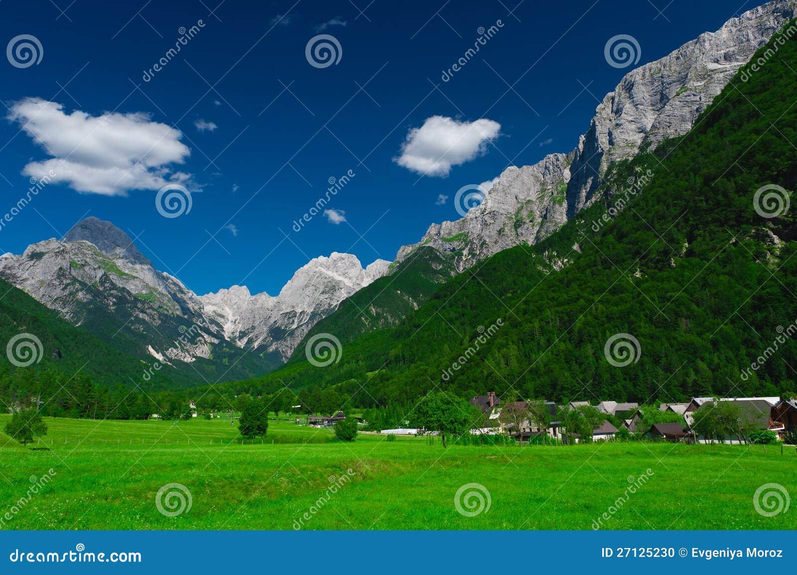 Dorf und Wiese. Protokolhülse Mangartom, Slowenien