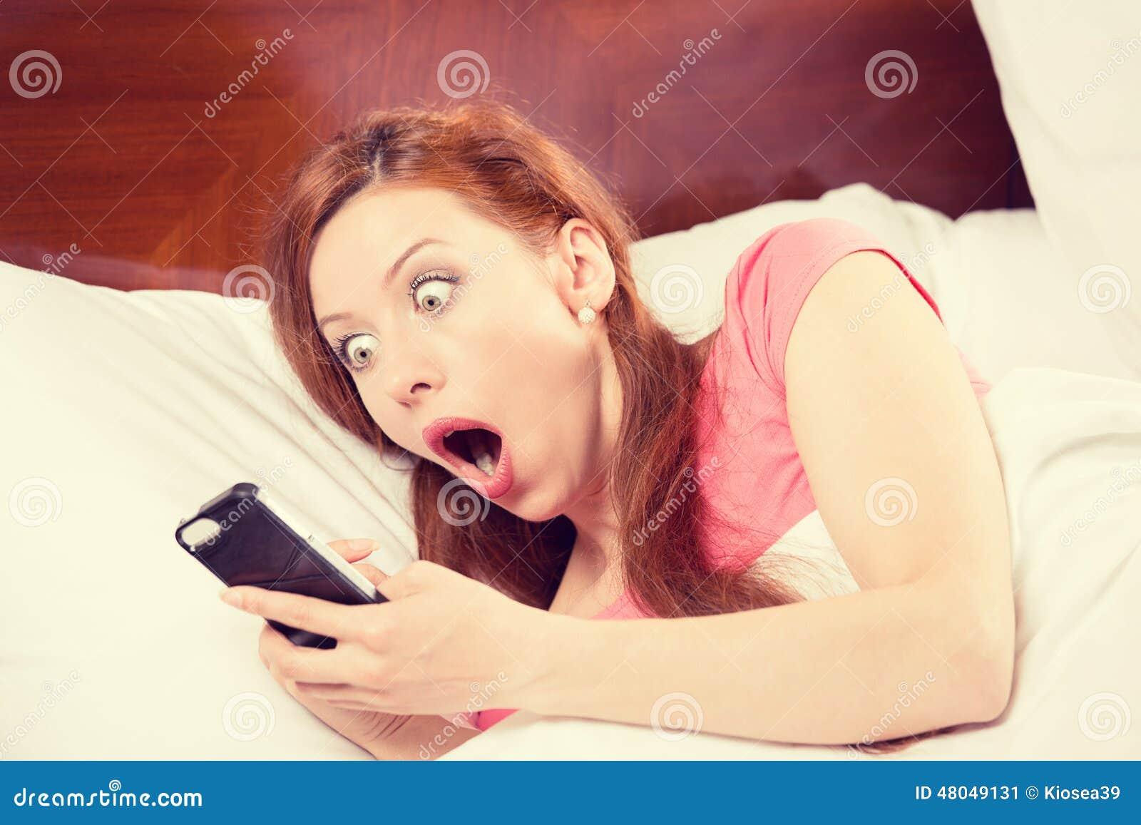 Dormir trop longtemps, femme a manqué la sonnerie du réveil