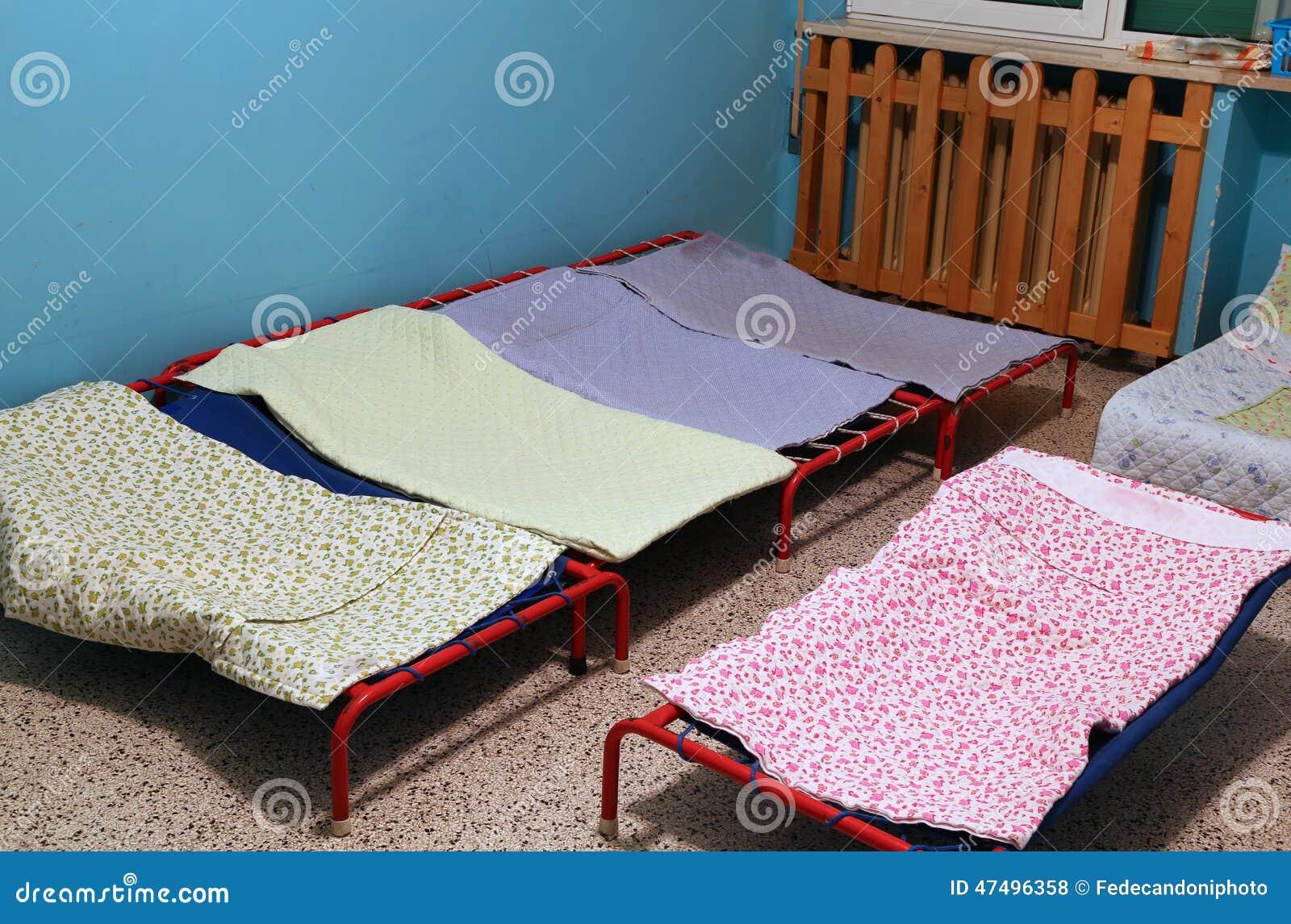 Dormit rio com as camas pequenas para crian as em um pr - Camas pequenas para bebes ...