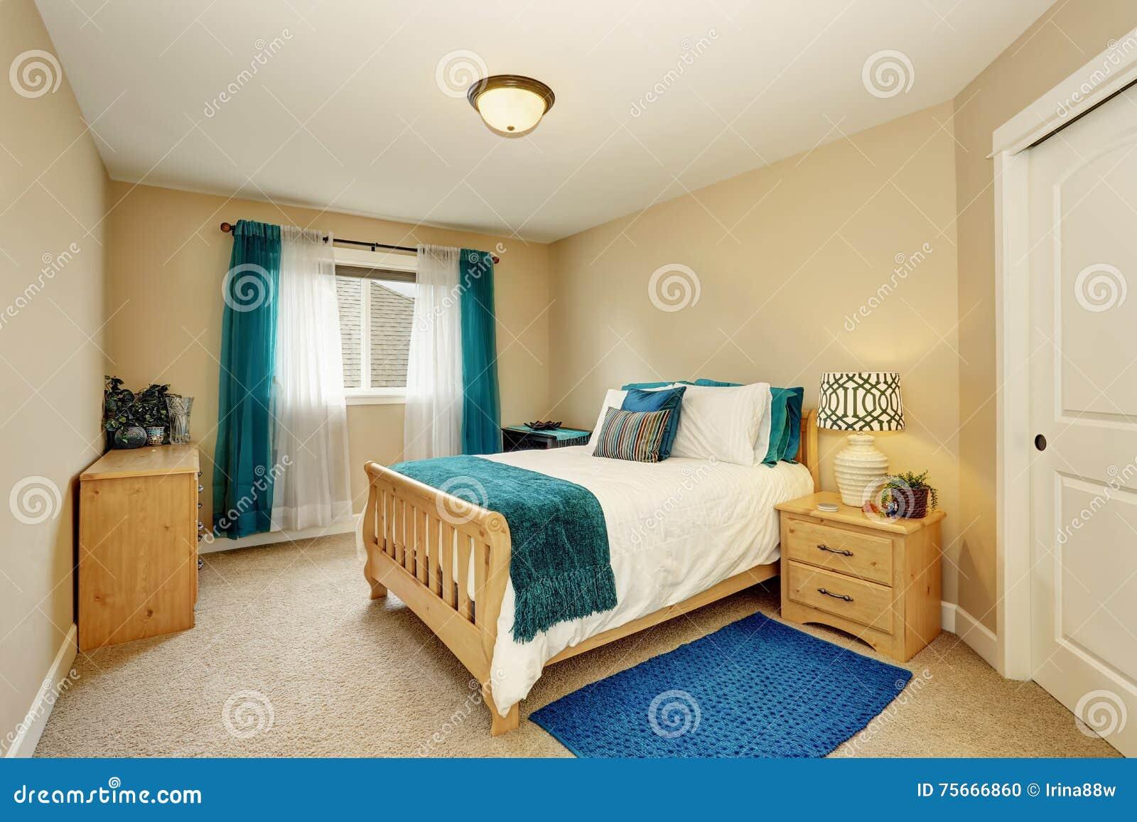 Dormitorio beige aseado con la cortina de la turquesa y la - Dormitorio beige ...