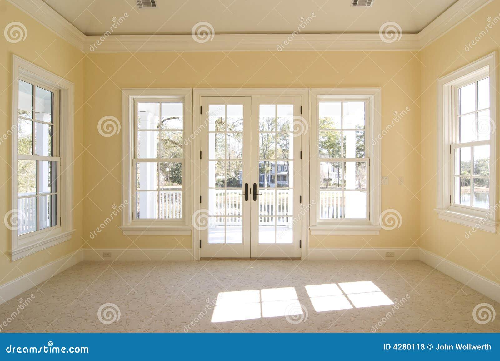 Dormitorio Con La Visión Y El Pórtico Foto de archivo - Imagen de ...