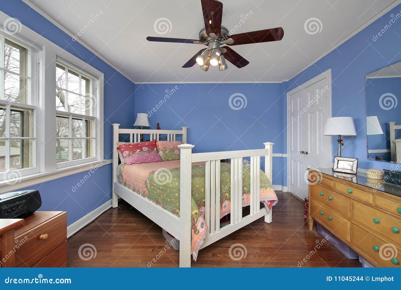 Dormitorio con las paredes azules foto de archivo imagen - Colores azules para paredes ...
