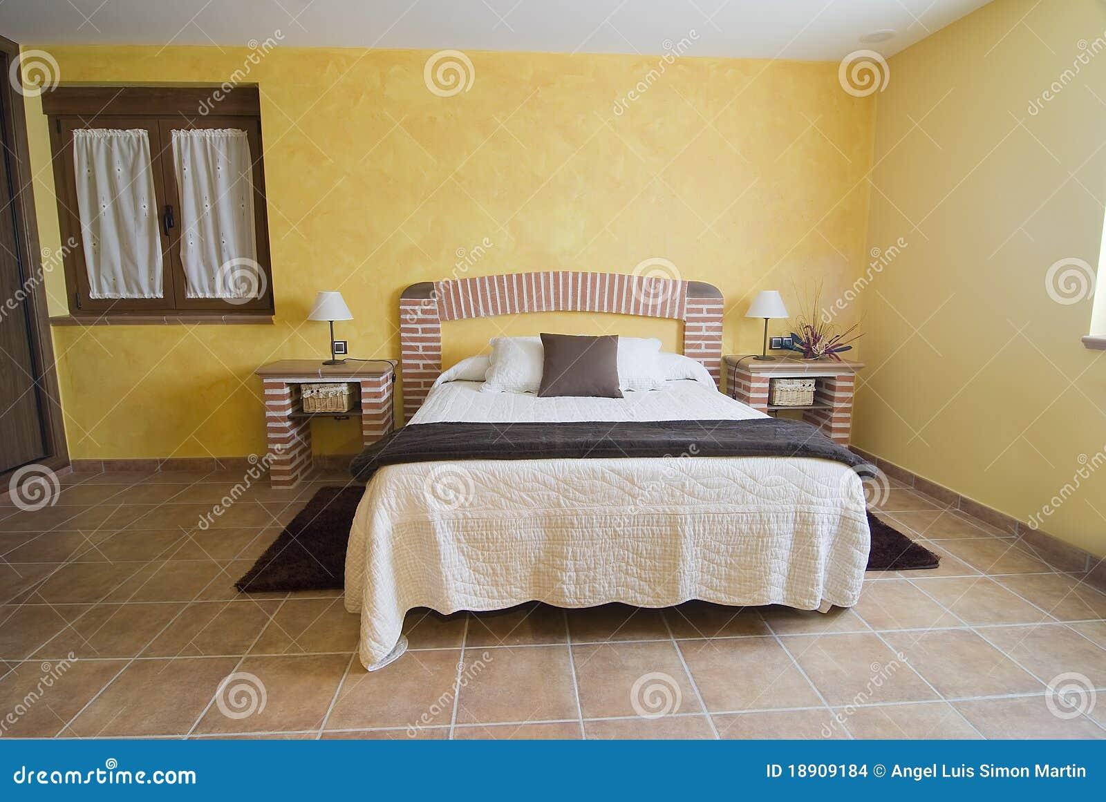 Dormitorio con una cama hecha de ladrillos imagenes de for Muebles con ladrillos